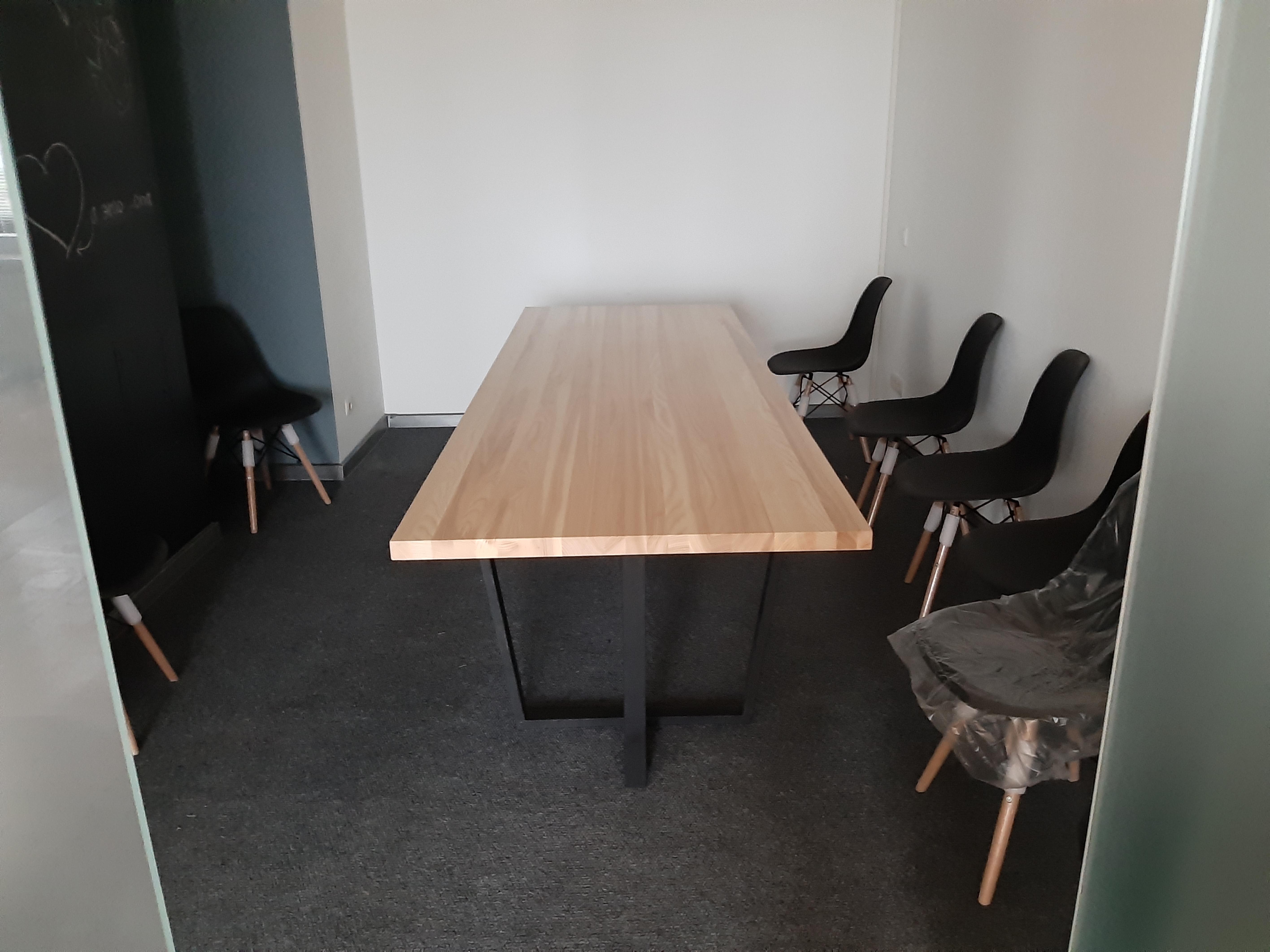 Фото Сборка большого стола в комнату для совещаний