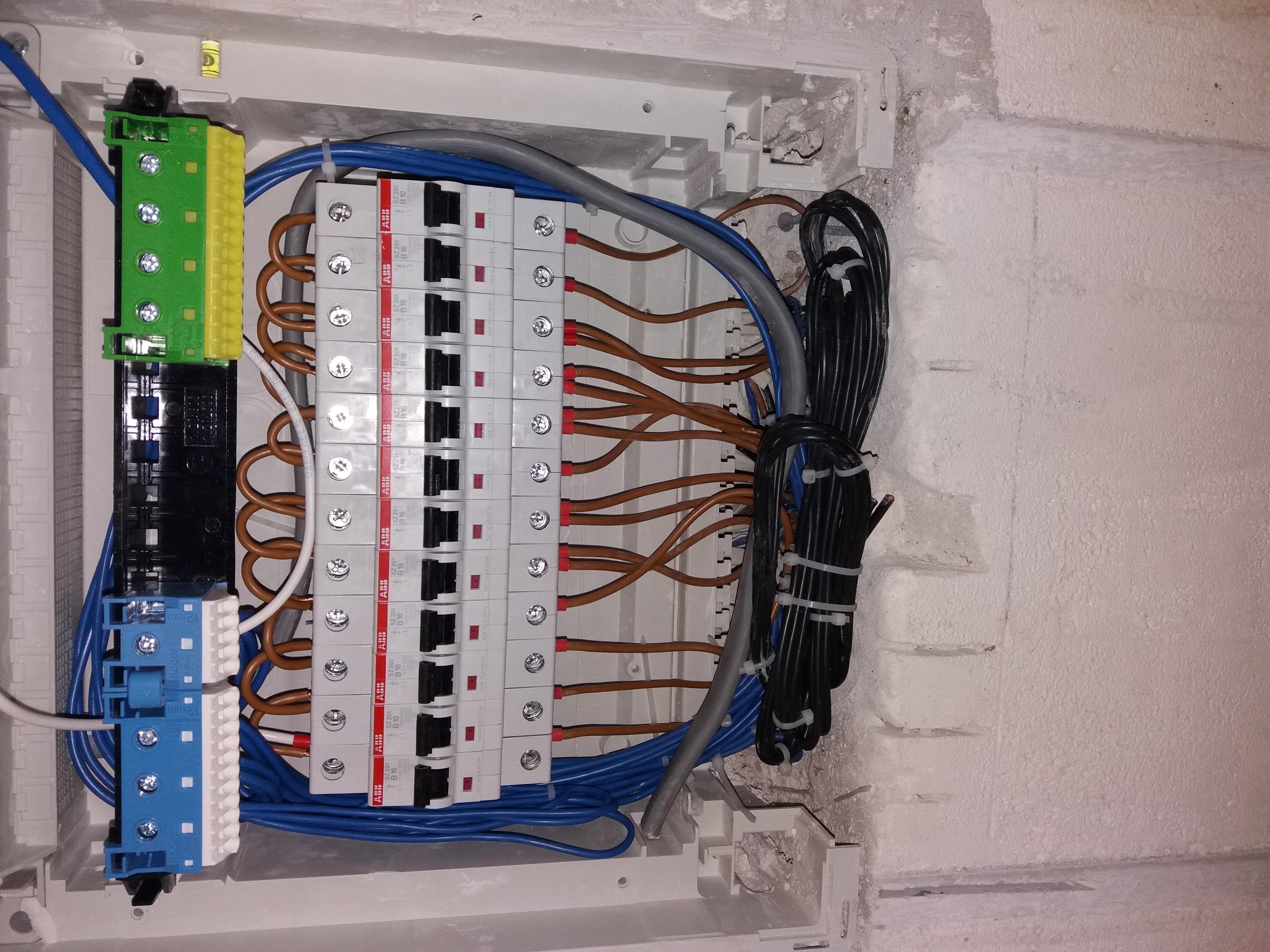 Фото Расключение щитка с автоматами.