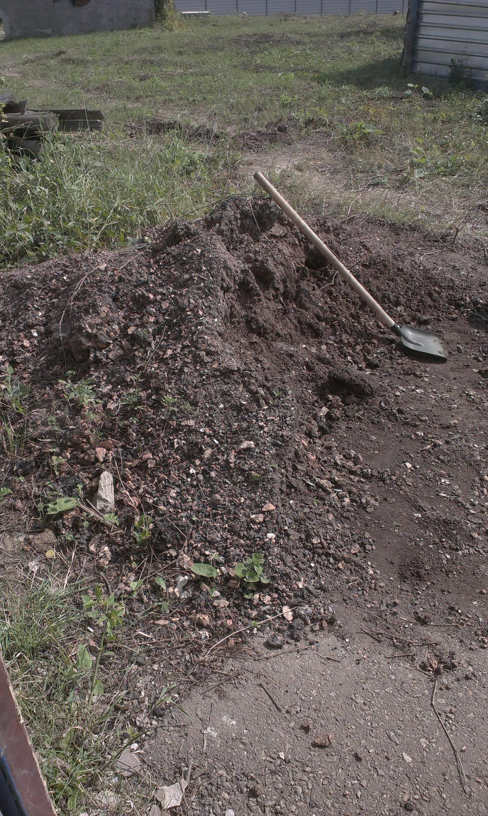 Фото Работа заключалась в планировании участка.Тоесть надо было с кучи гранотсева распределить по участку и засыпать там где есть канавы.Работа была выполнена за 4.5 часа.