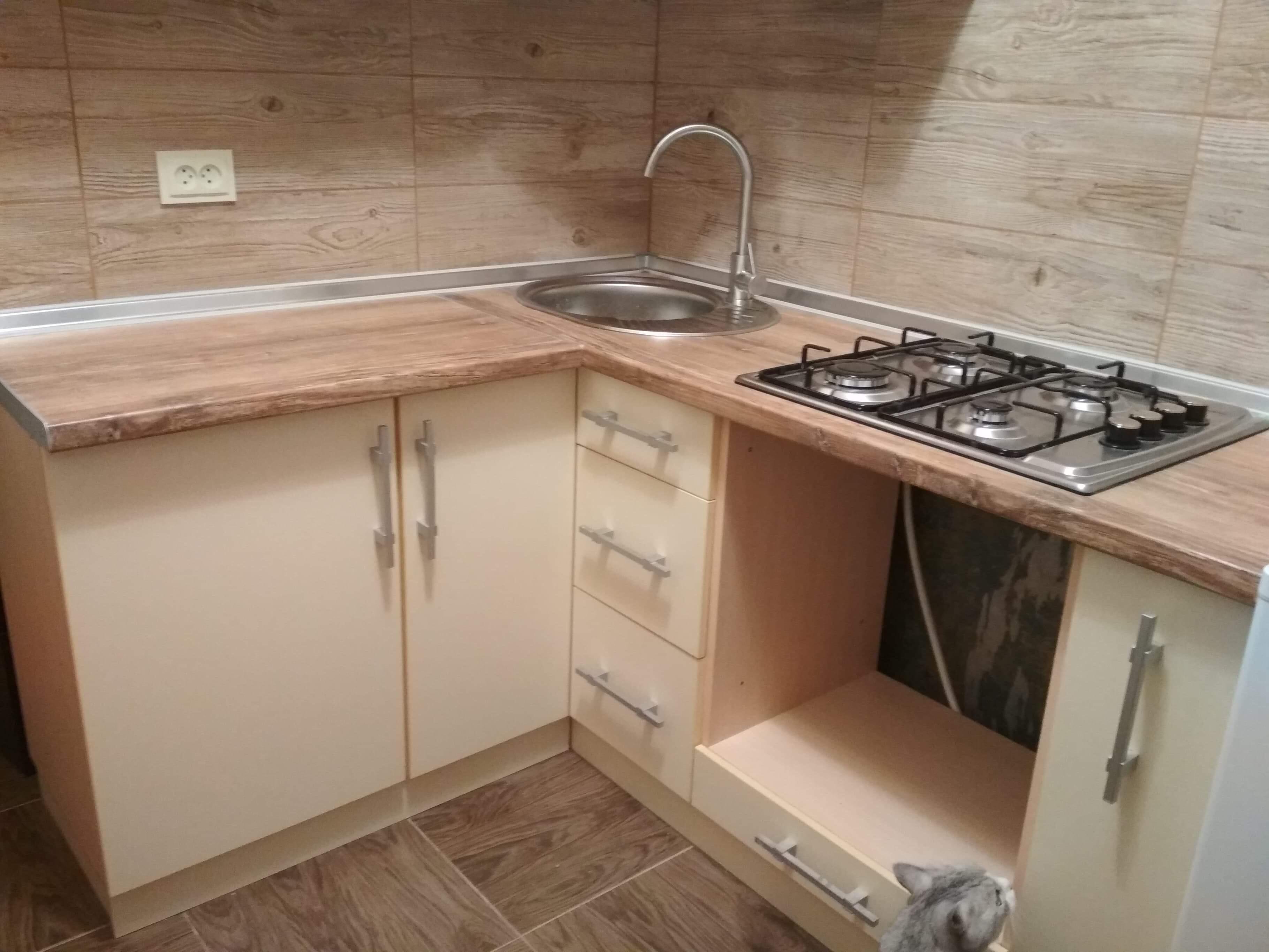 Фото Укладка плитки, сборка и установка кухни. Установка раковины и варочной поверхности.