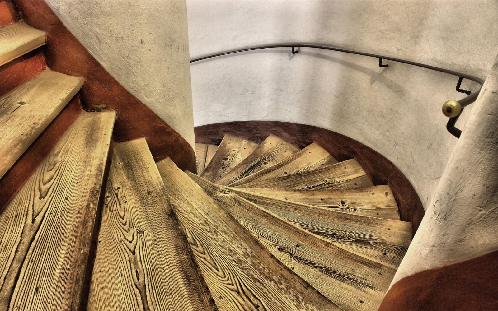Фото Изготовление ступеней из смереки используя метод состаривания монтаж на металлический корпус. Подготовка и монтаж занимает 5-7дней.