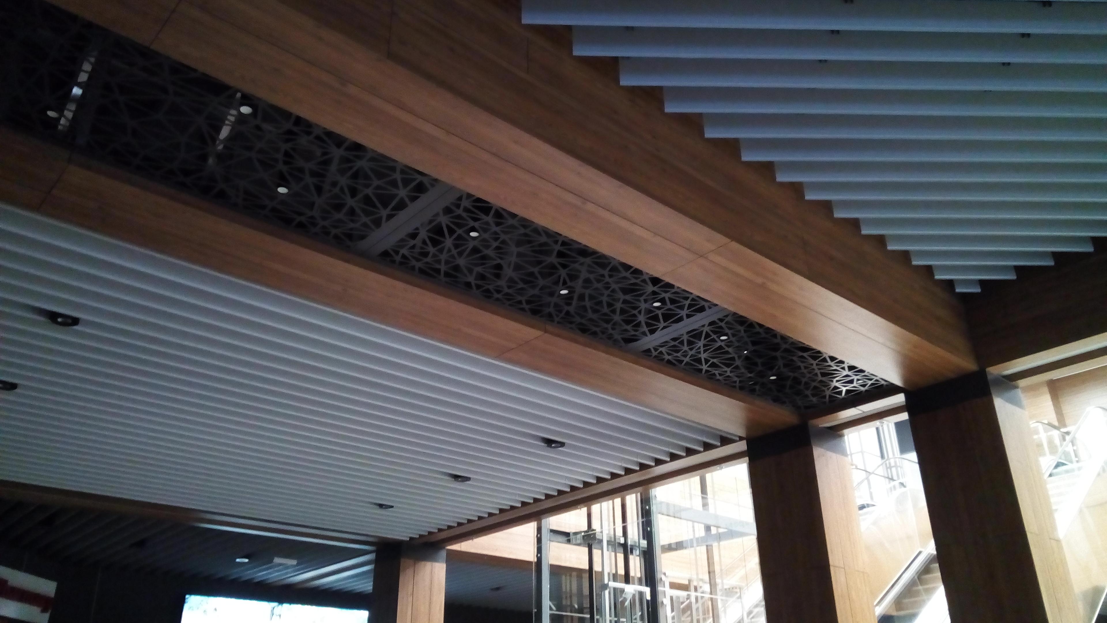 Фото Hpl- панели балки на потолке+ потолок реечного типа+ подсветка+ вставки из металла
