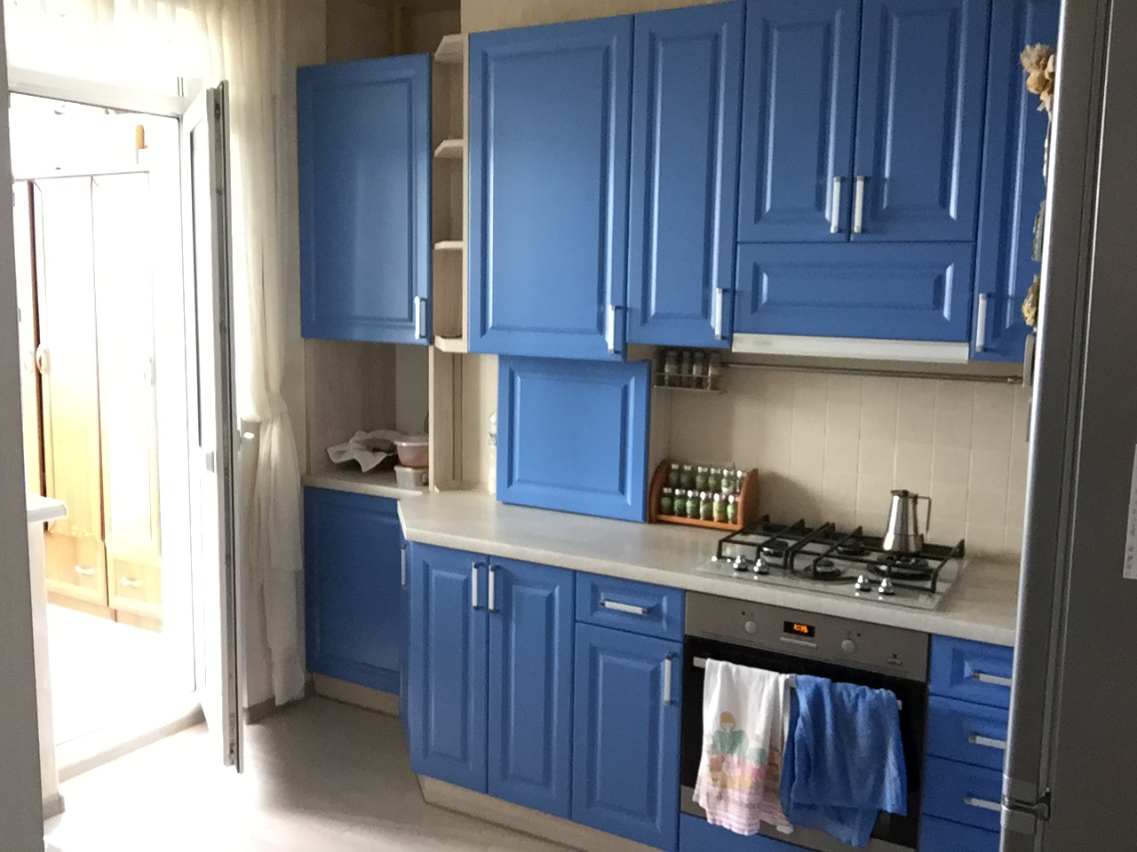 Фото Угловая кухня с встроенным котлом переходящая в нишу.