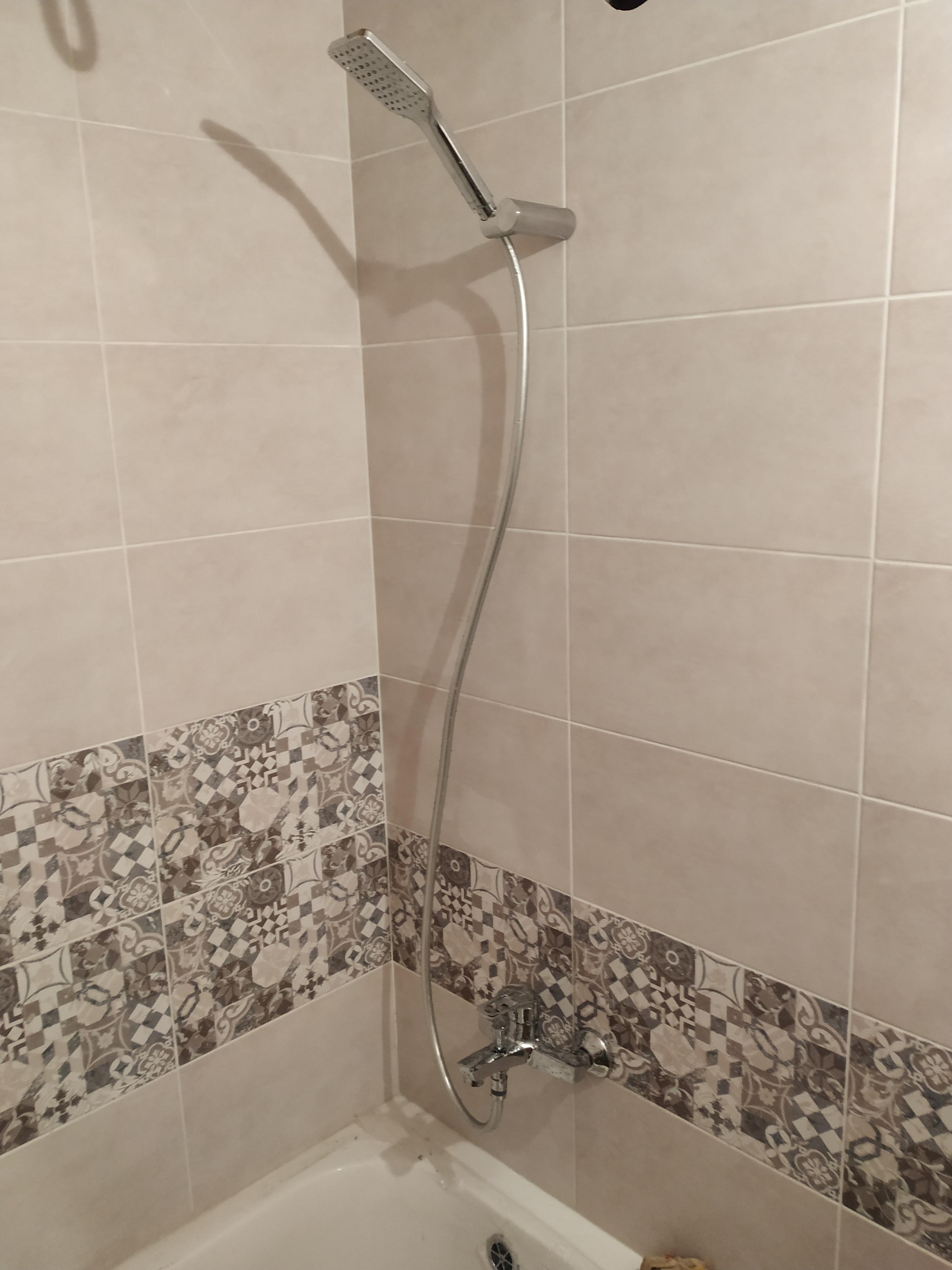 Фото Установить новый сифон для ванны, обрезать эксцентрики так как не было рассчитано расстояние, повесить крепление под душевую лейку, проверить все соединения на подтекания. Заняло 3 часа.
