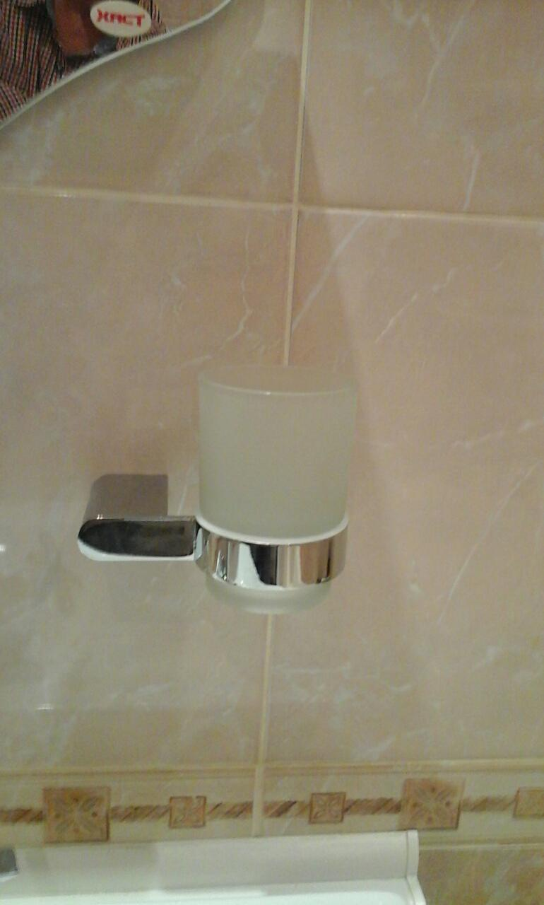 """Фото Монтаж аксессуаров ванной комнаты """"стакан для зубных щёток"""""""