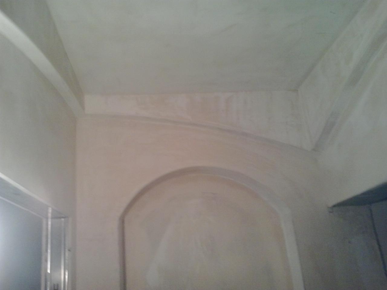 Фото Ниша из гипсокартона с подсветкой в верхней части арки. Стена еще не оклеена обоями, ниша не покрашена. На работу ушло  полтора дня.