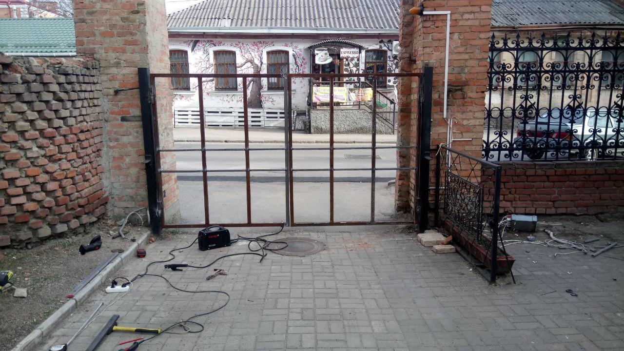 Фото Автоматические ворота во двор в процессе монтажа