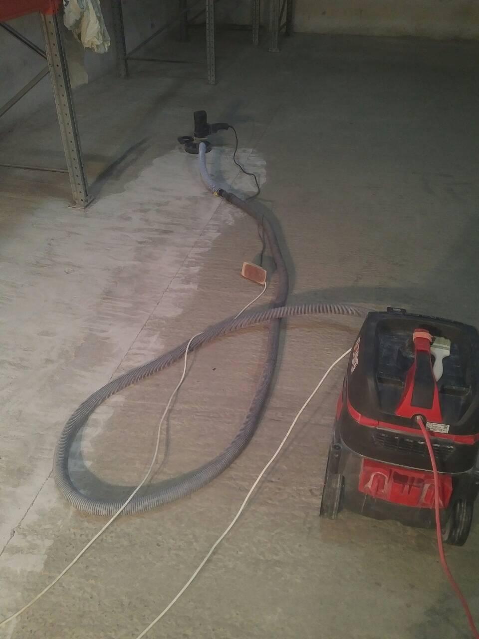 Фото Шлифование бетонного пола складского помещения перед грунтованием и покраской.
