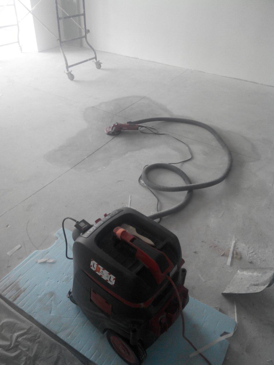 Фото Работы по алмазной шлифовке(локальное выравнивание стяжки) проводятся с применением мощного строительного пылесоса.Это позволяет добиться минимальной запыленности помещения во время работы.