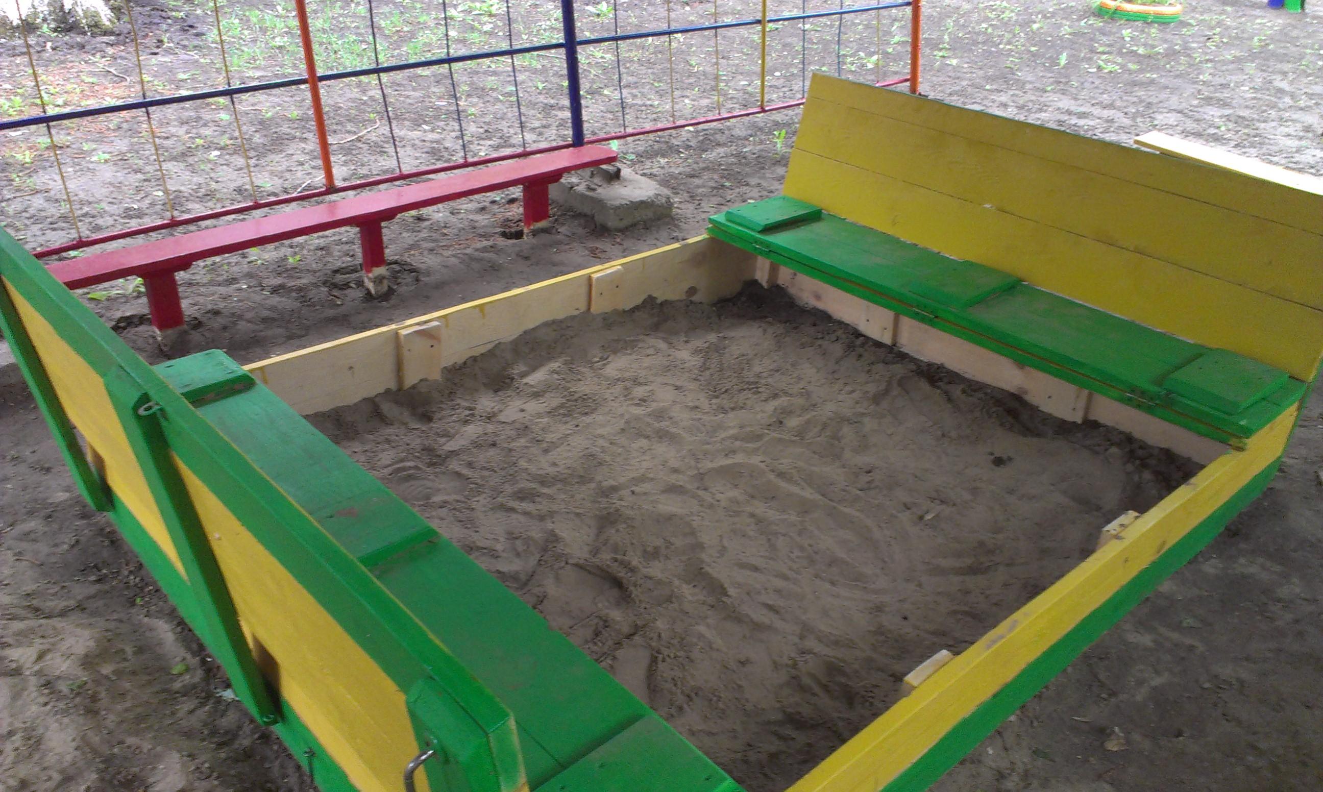 Фото Детская песочница с крышкой, которая раскладывается в 2 скамейки.