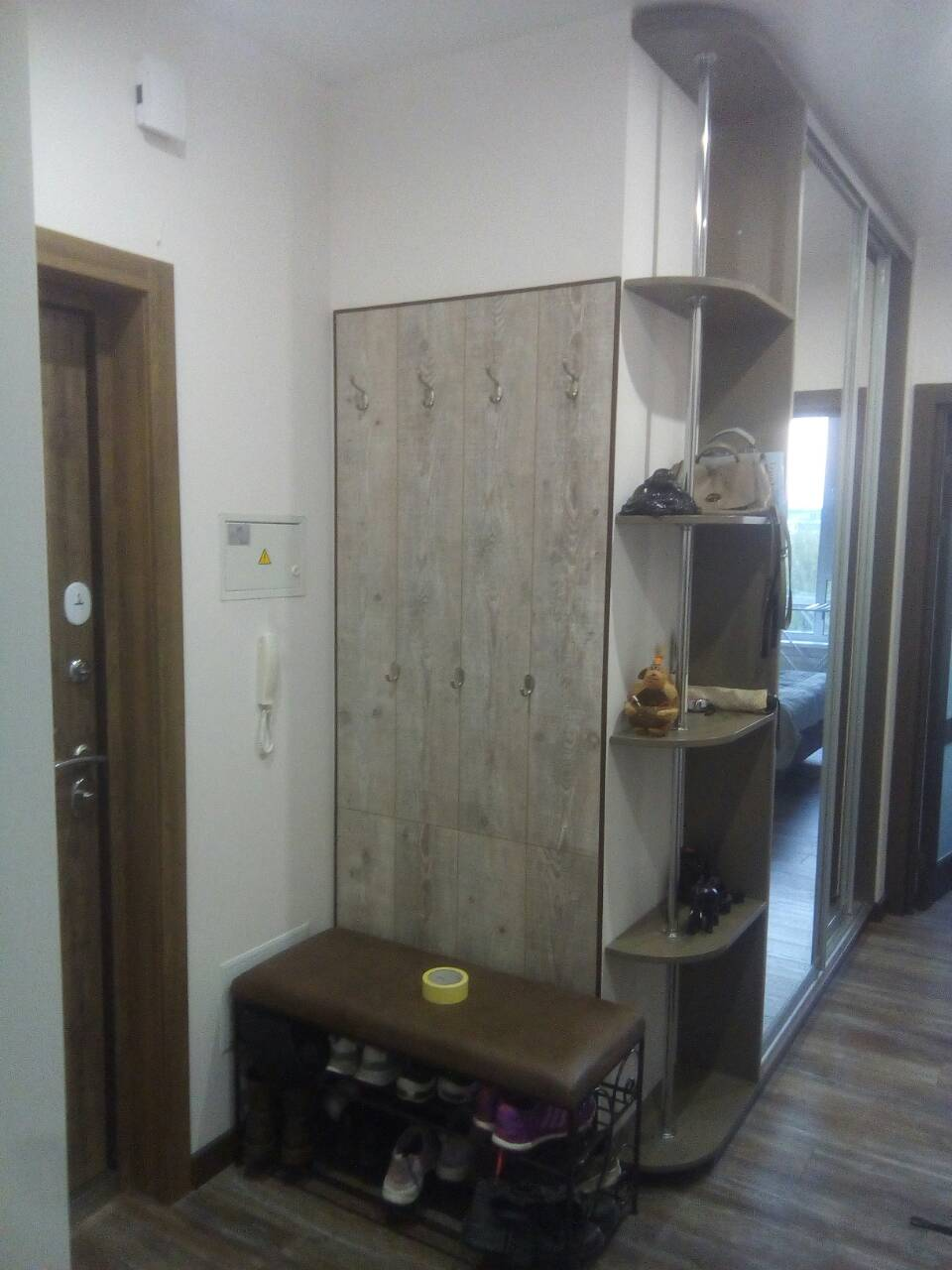 Фото Приклеить ламинат и полку к нему на стену. Нужна помощь в закупке материалов