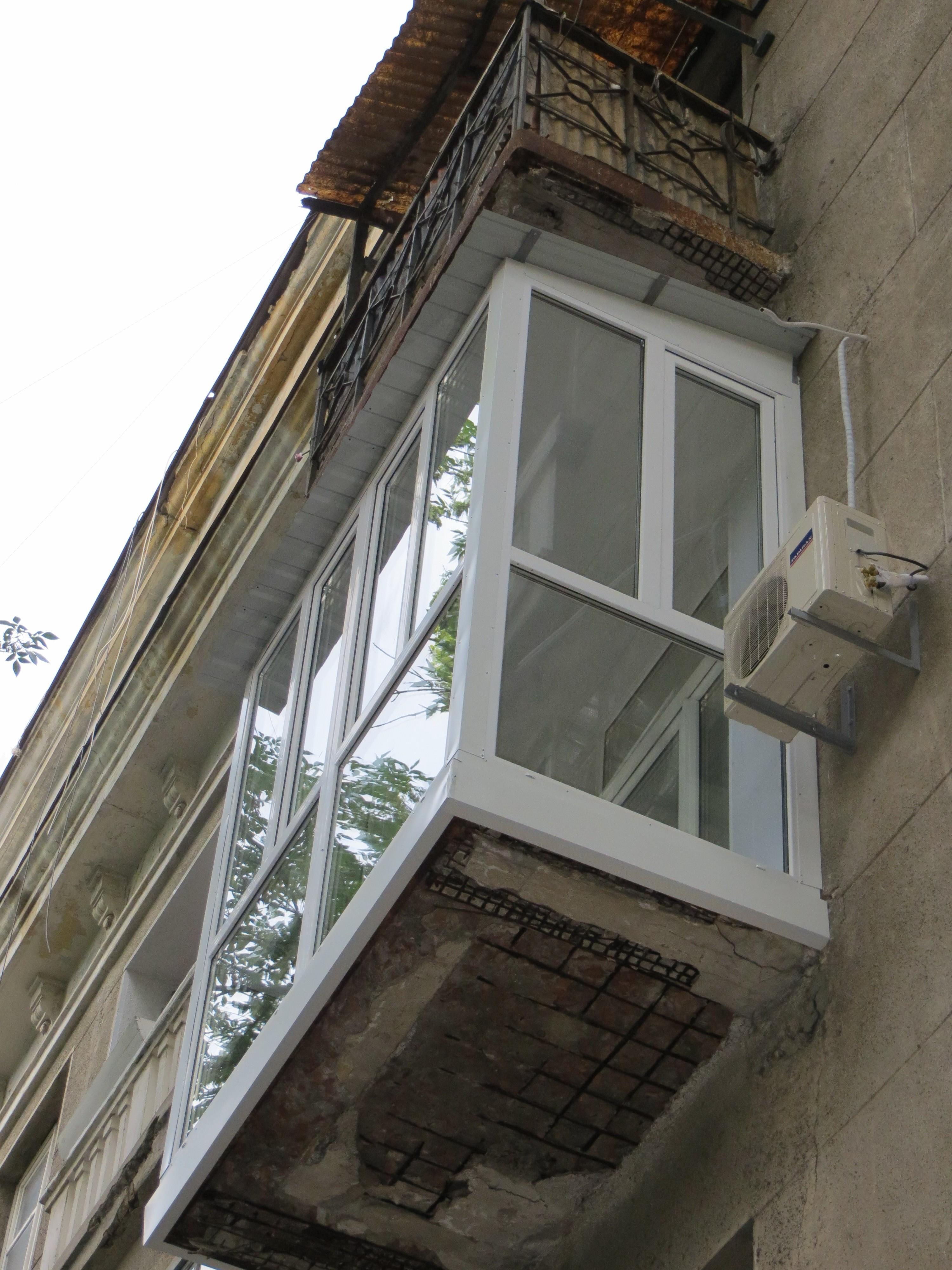 Фото Монтаж крыши на французском балконе