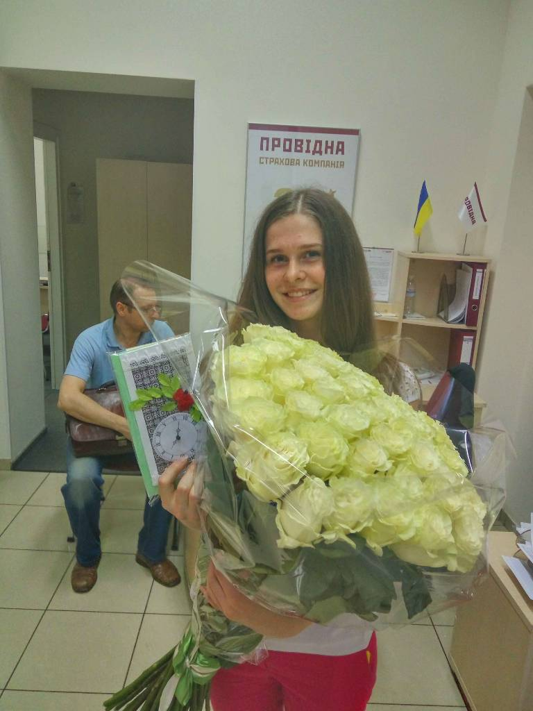 Фото Доставка  девушке цветов и открытки