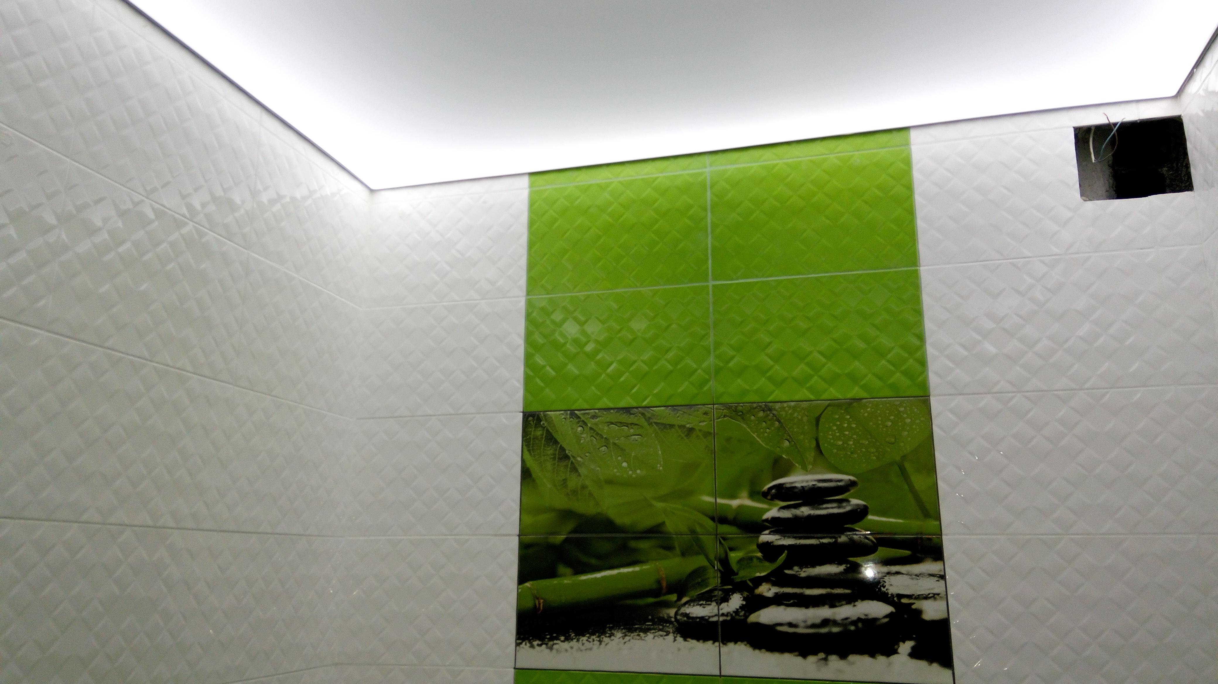 Фото Натяжной потолок с полупрозрачным матовым полотном и светодиодной подсветкой. Выглядит очень модно и современно. Как из фильма о будущем. Так же была выполнена укладка плитки на стены и пол.