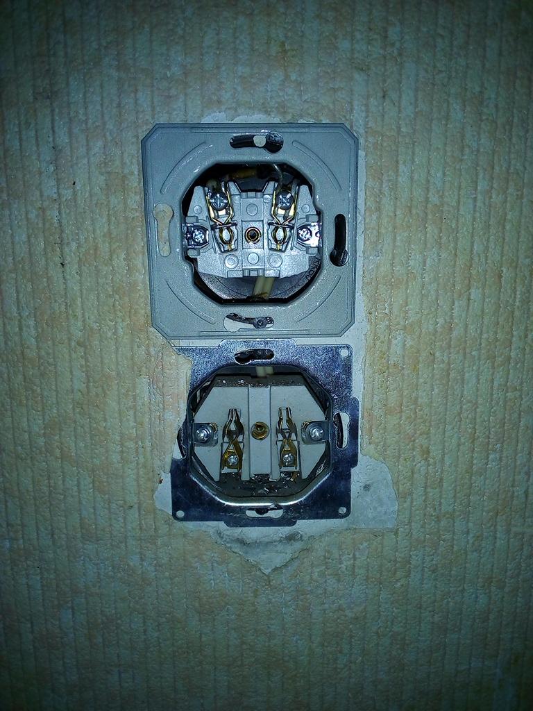 Фото Розетка двойная. Замена сердцевин двух розеток, подключение розеток к электросети. Вид перед установкой на розетки декоративных пластмассовых пластин.