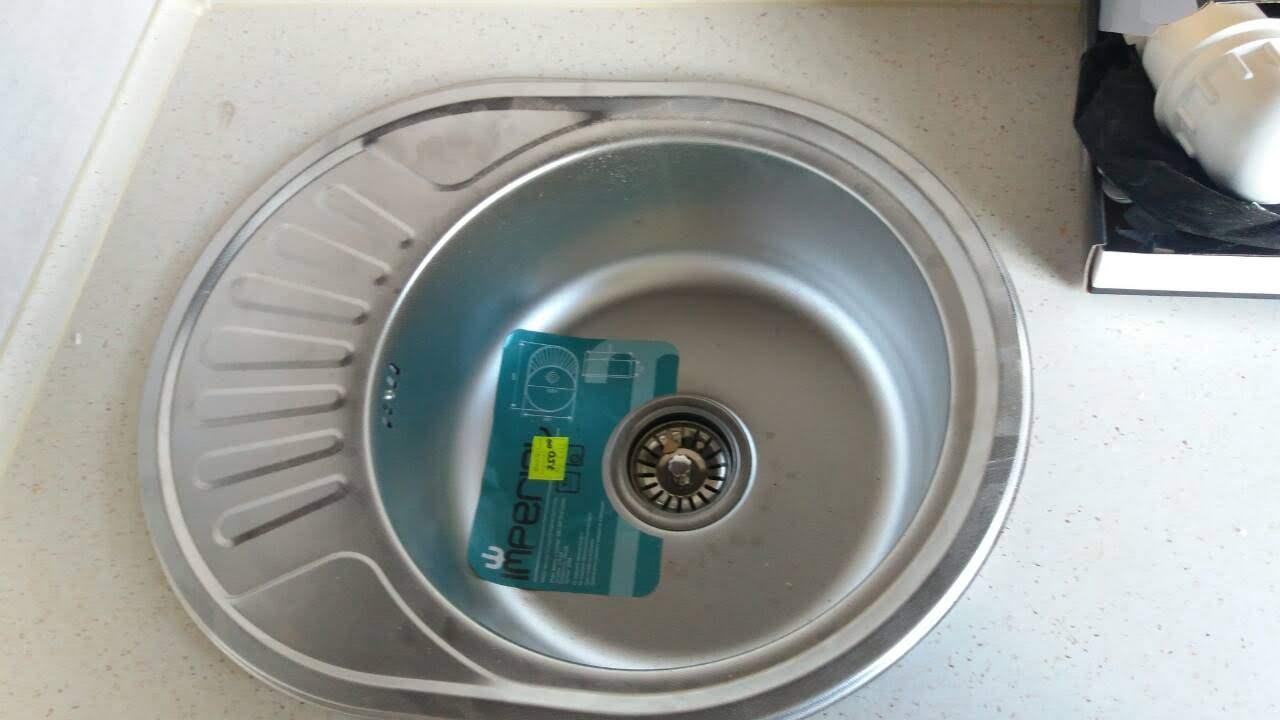 Фото Монтаж мийки, з вирізанням отвору під кран