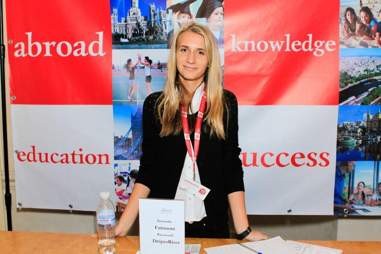 Фото Хостес на выставке образования от компании Study.ua