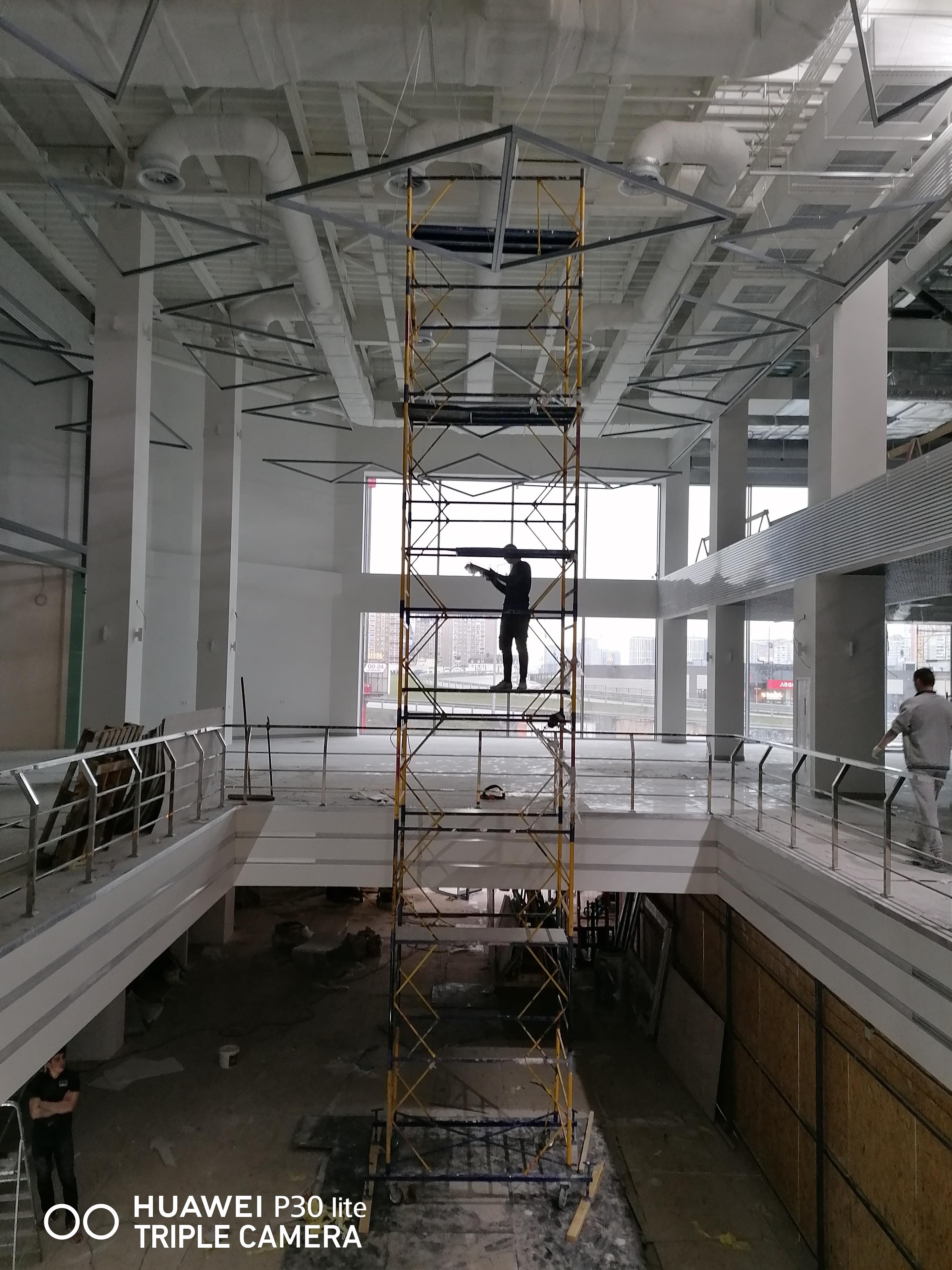 Фото Покраска ТЦ  металического потолка с комуникациями на высоте 15метров