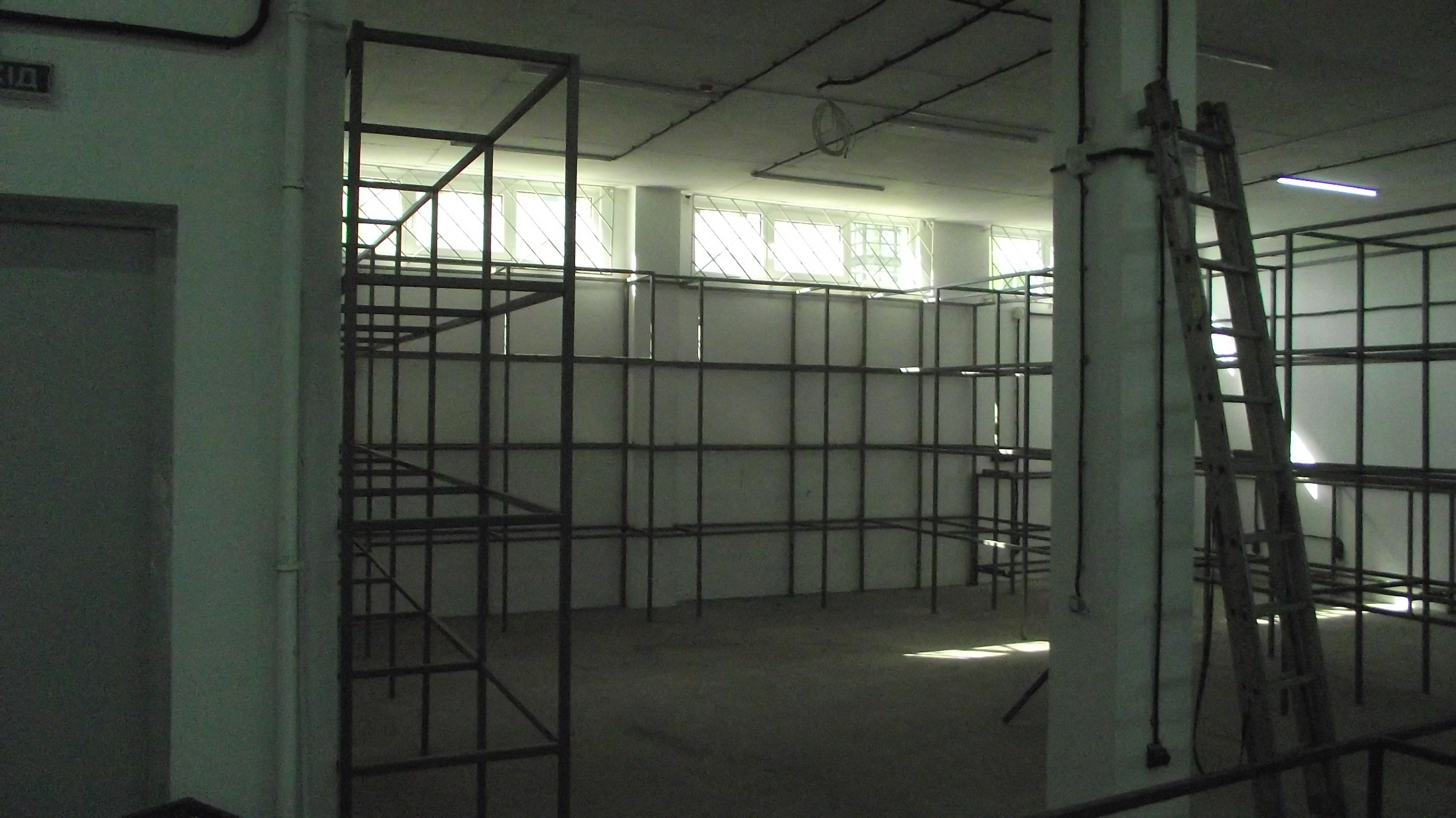 Фото Сорок стелажів, шість столів із профтруби.