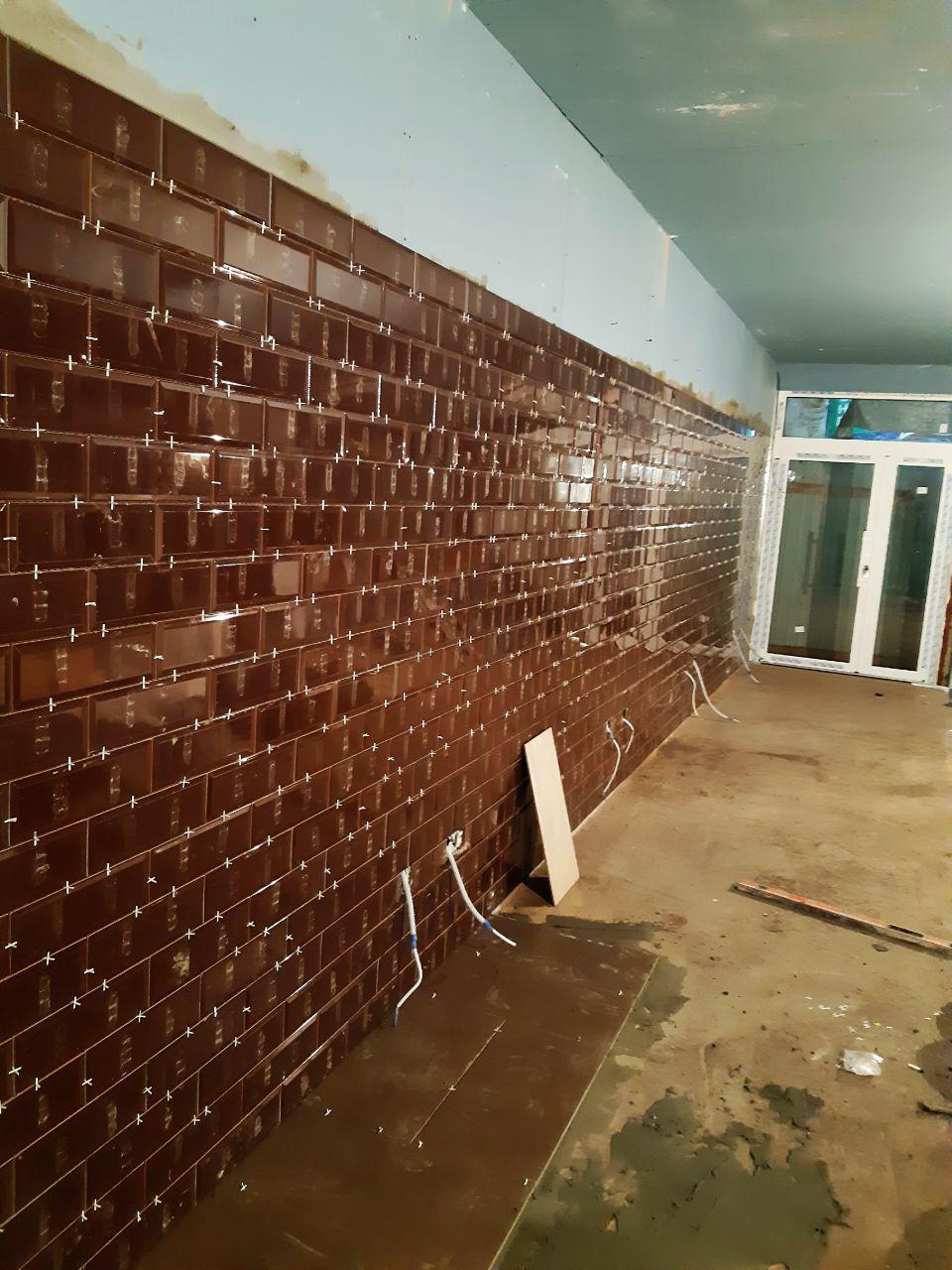 Фото Монтаж Італійської плитки на стіну.
