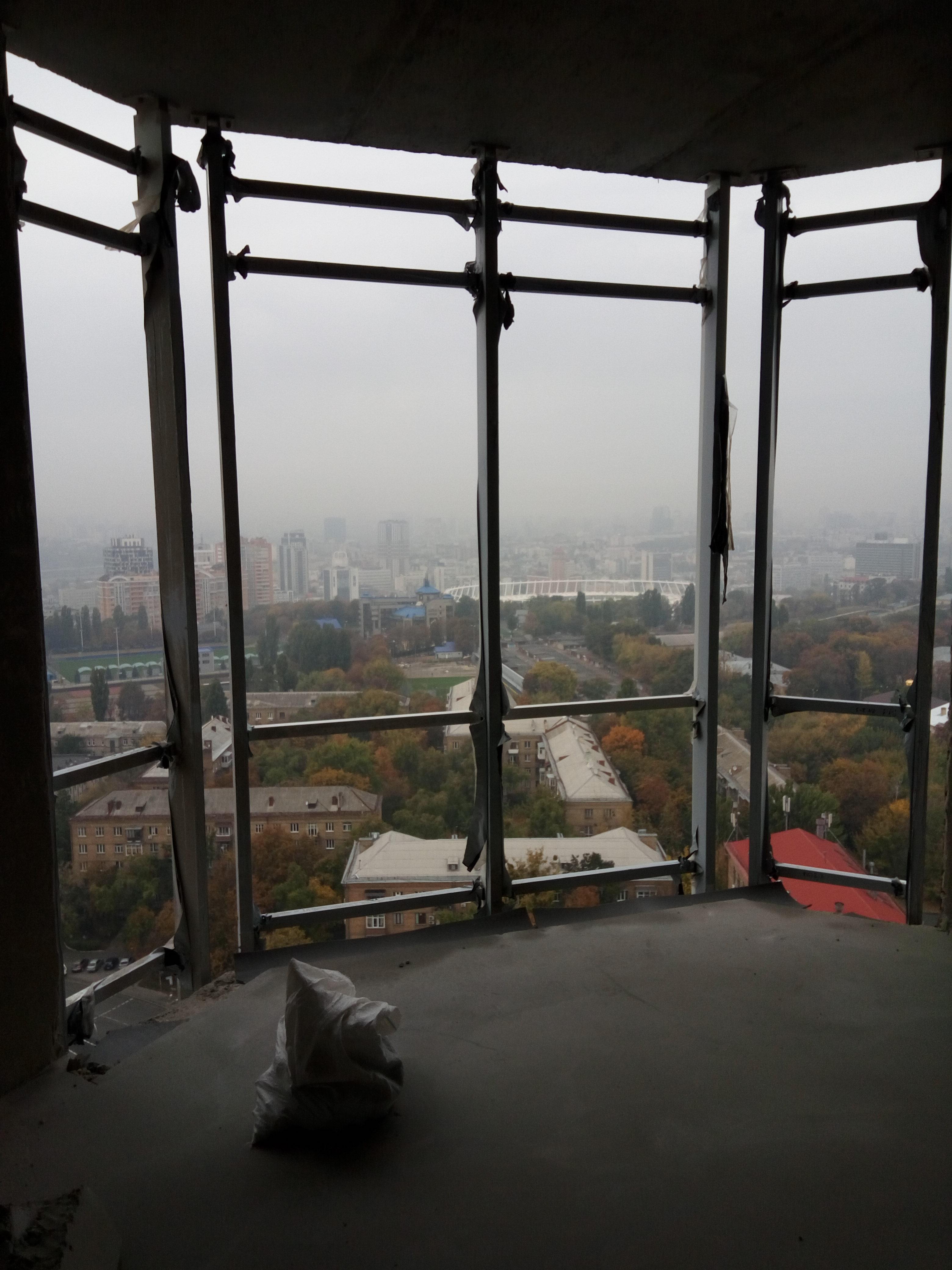 Фото Монтаж стоично ригильной системы витража двух уровневой квартиры