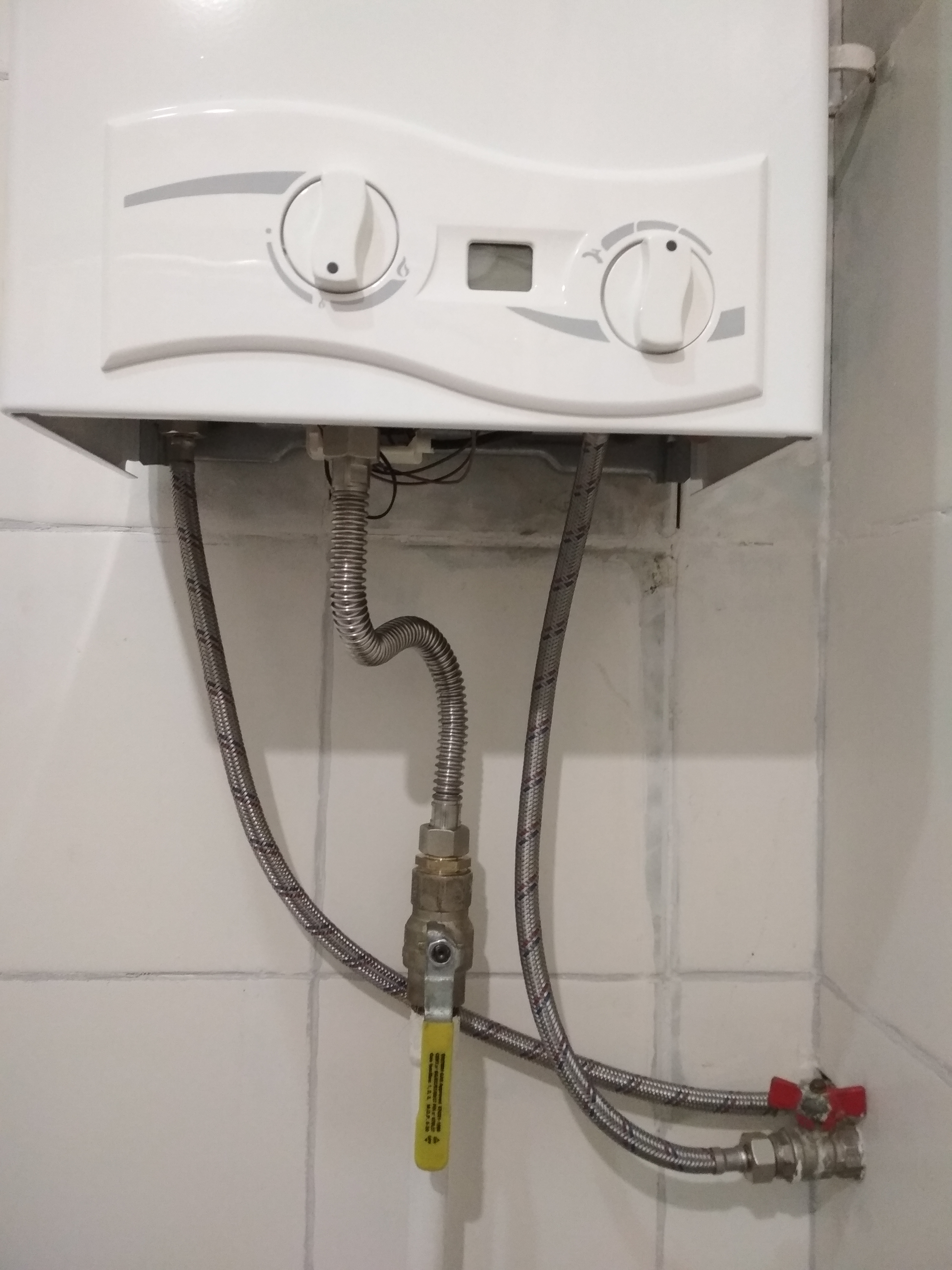 Фото Установка газовой колонки и её подключение.