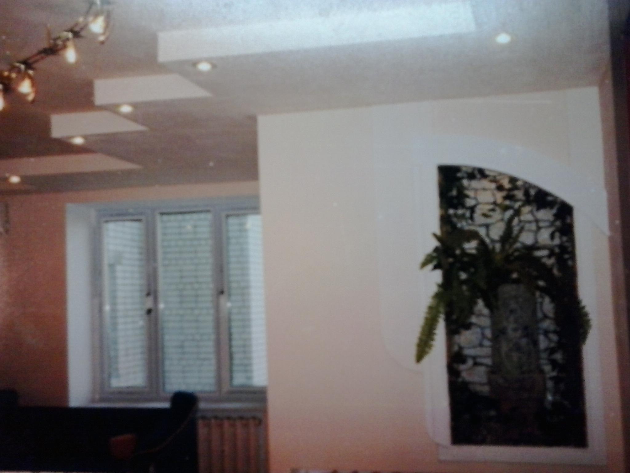 Фото Был смонтирован потолок из гипсокартона, предварительно была сделана разводка проводов для розеток, выключателей и освещения. После завершения отделочных работ были установлены светильники, выключатели и розетки.