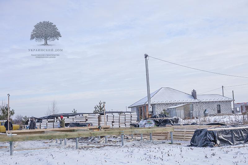 """Фото А так выглядит зимняя стройплощадка будущего дома из сип панелей на Житомирщине. Дом возводит строительная компания """"Украинский дом"""". Дома по канадской технологии на свайном фундаменте из геошурупов строятся без бетона и воды, а потому могут без проблем возводиться в любое время года. Нет нужды останавливать стройку на зиму! И зимой строить выгоднее - рабочая сила намного дешевле."""