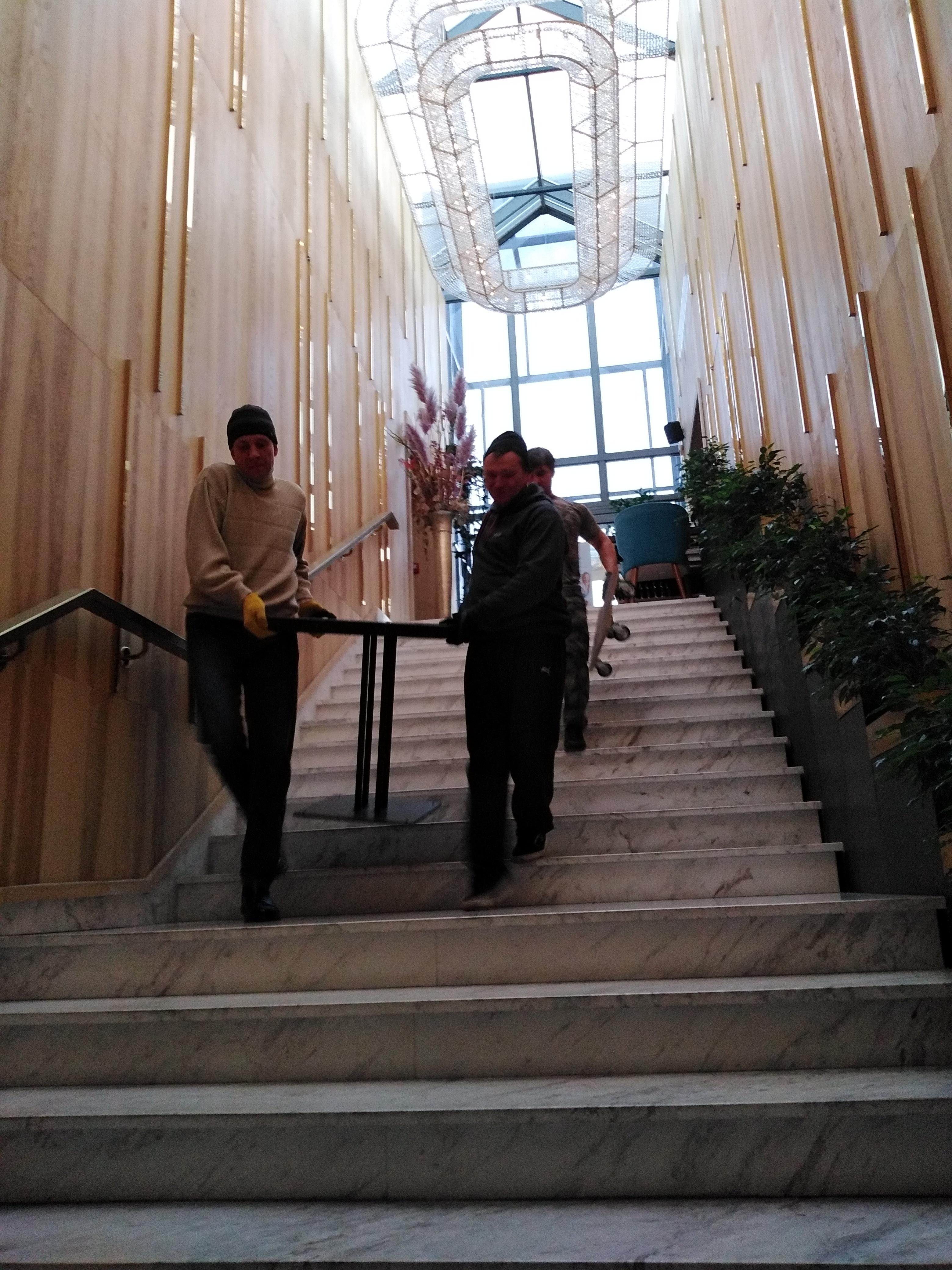 Фото Сном столов вес 60кг один, со второго этажа. Свадебные мероприятия. Полное сопровождение грузчиков, разнорабочих