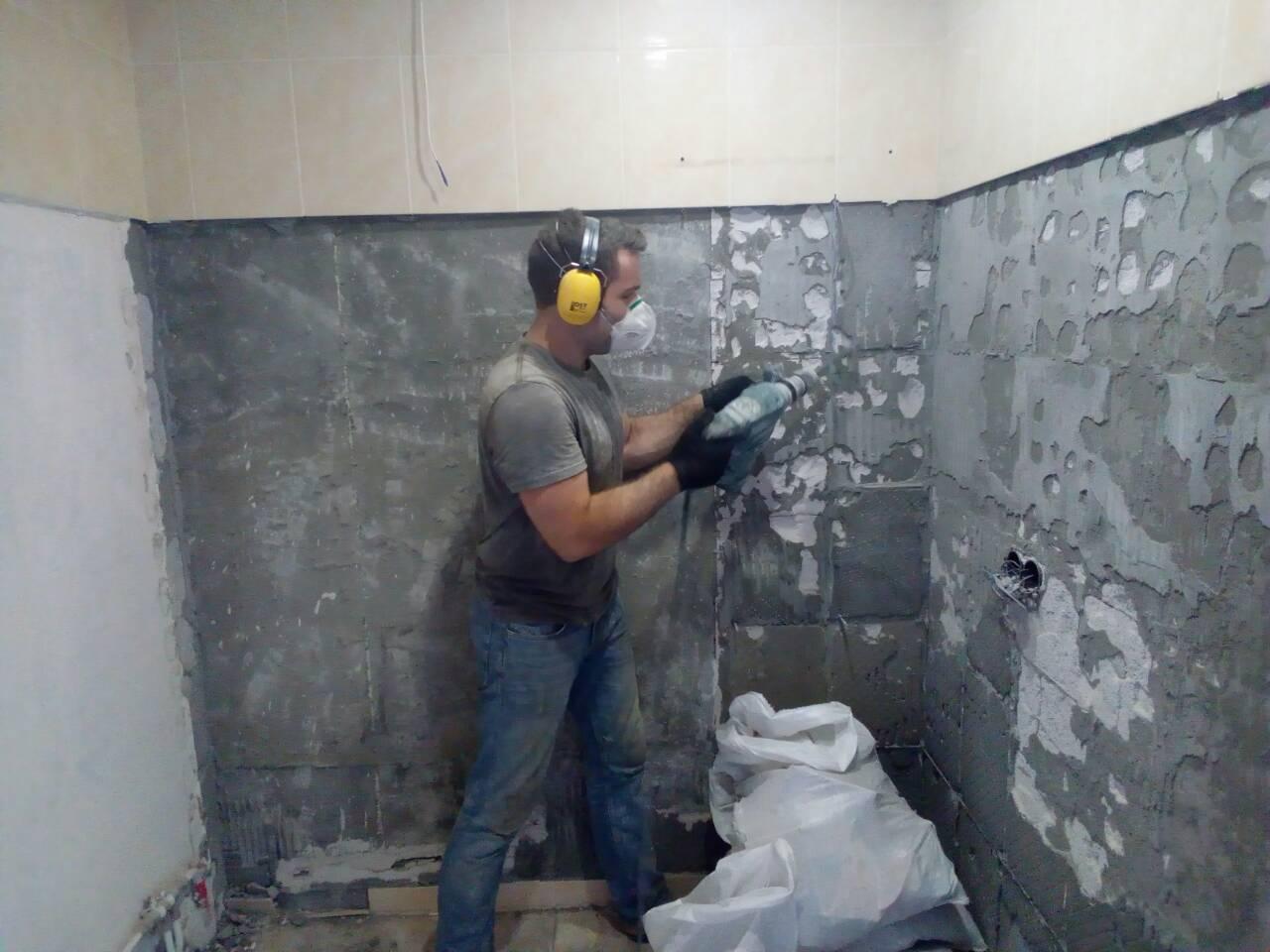 Фото Демонтаж плитки. Очистка стены от остатков плиточного клея.