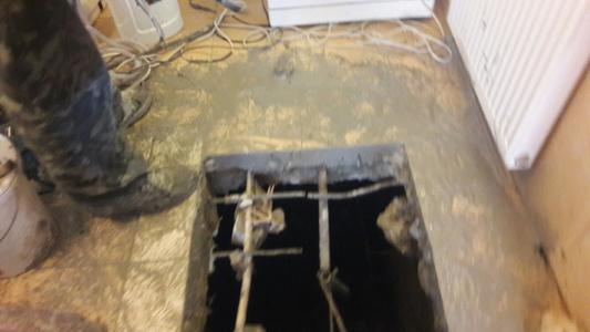 Фото Вырез проема в бетонном полу для устройства входа в погреб в частном доме.