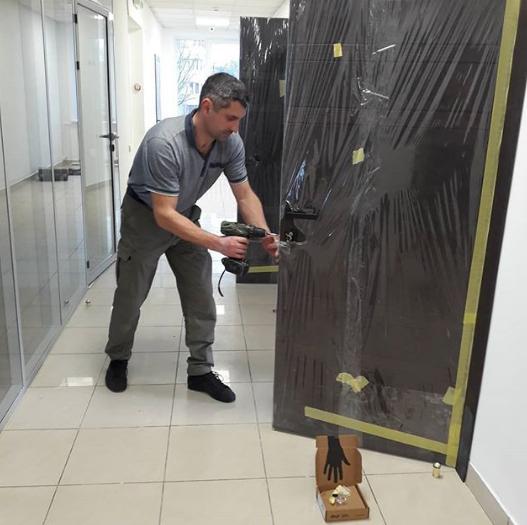 Фото Настройка закрывания дверей после монтажников. Офисный центр