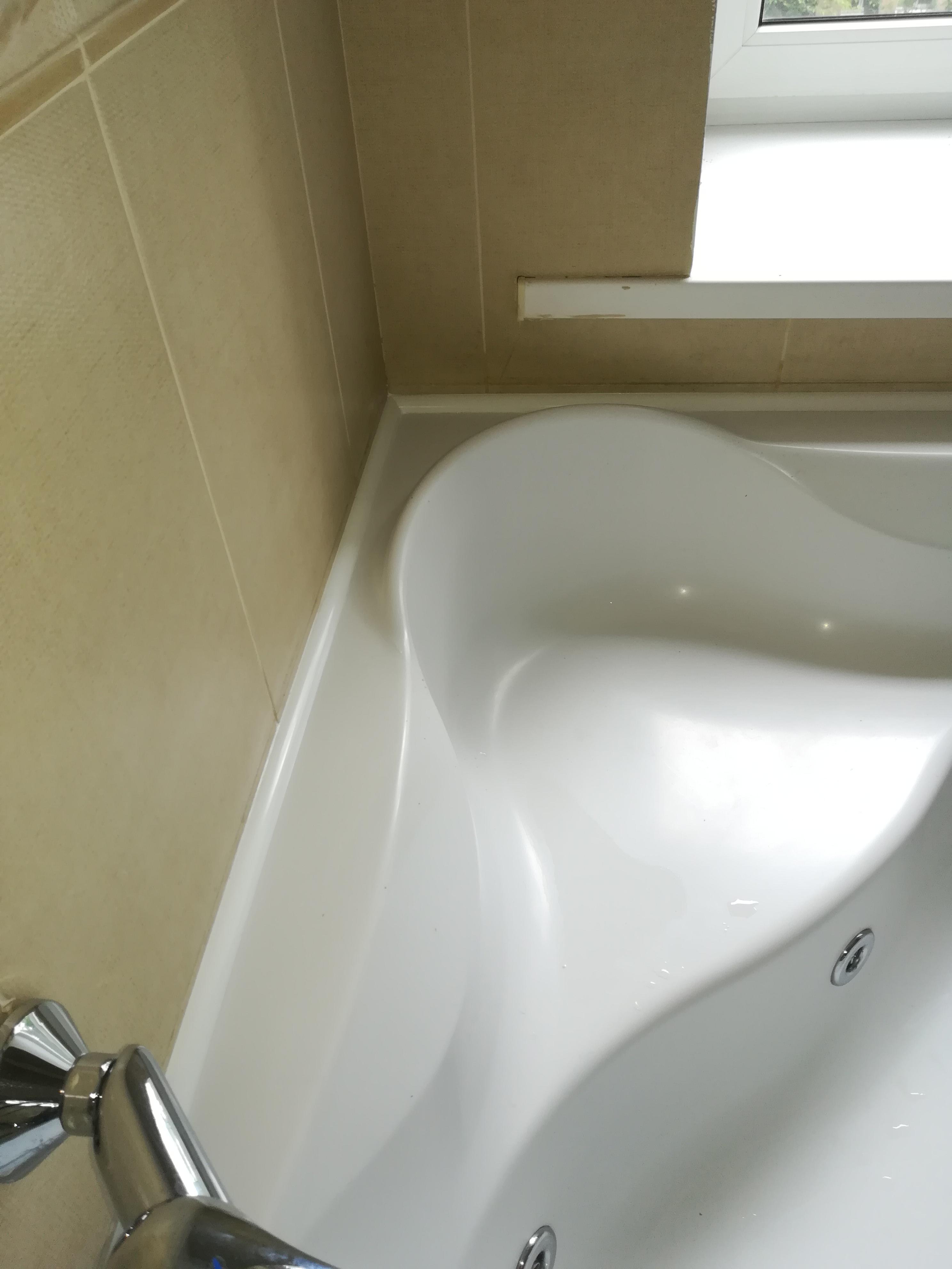 Фото Монтаж декоративного уголка вокруг ванны с предварительным снятием старого силикона.