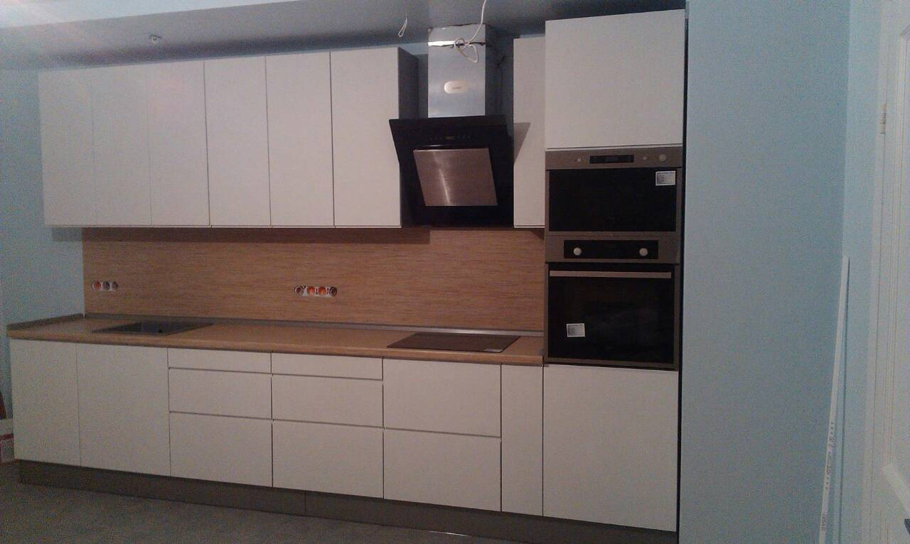 Фото Кухня с крашенным фасадом и фрезерованными ручками, срок изготовления 1 месяц
