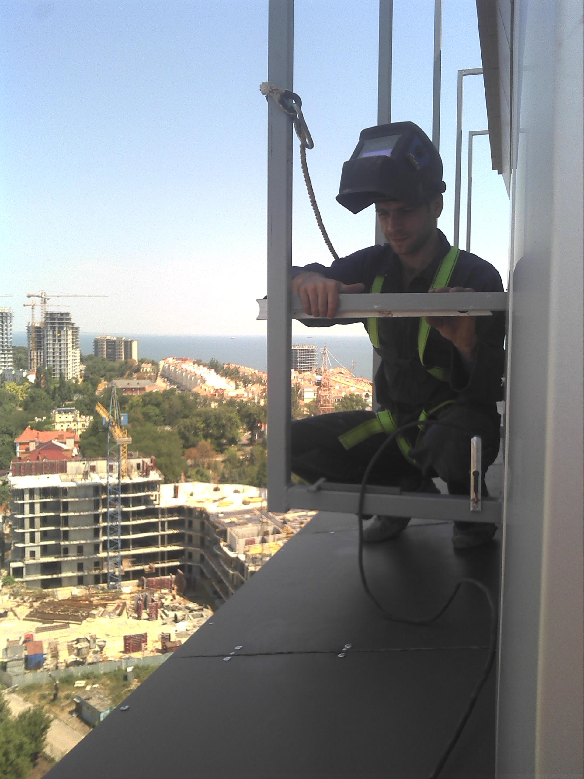 """Фото Отель """"Гагарин"""", 21-й этаж, варю металлоконструкцию для объёмных букв высотой около 3-х метров."""