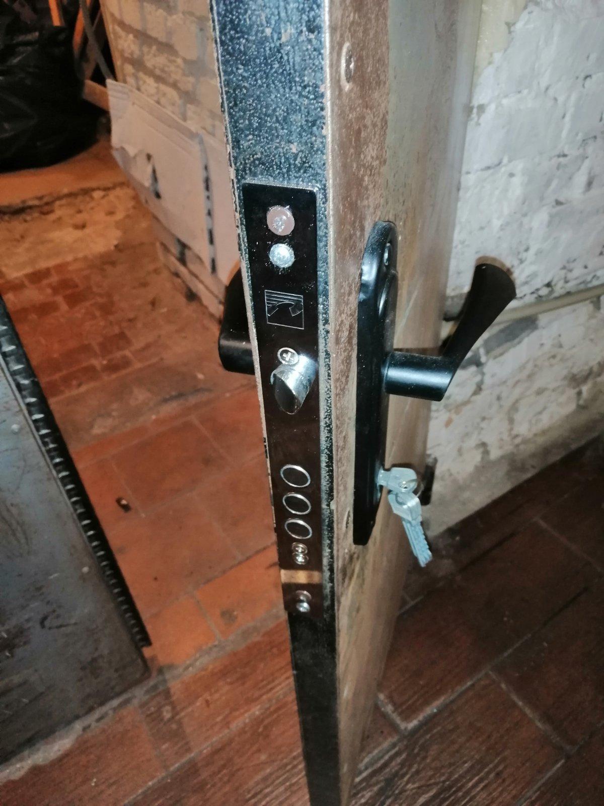 Фото Монтаж замка в металлическую дверь