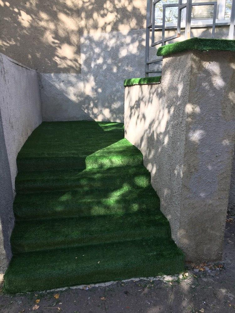 Фото Постелили 50 м² искусственного газона для предприятия, очень красиво и качественно. Потратили всего лишь 8 часов на установку.