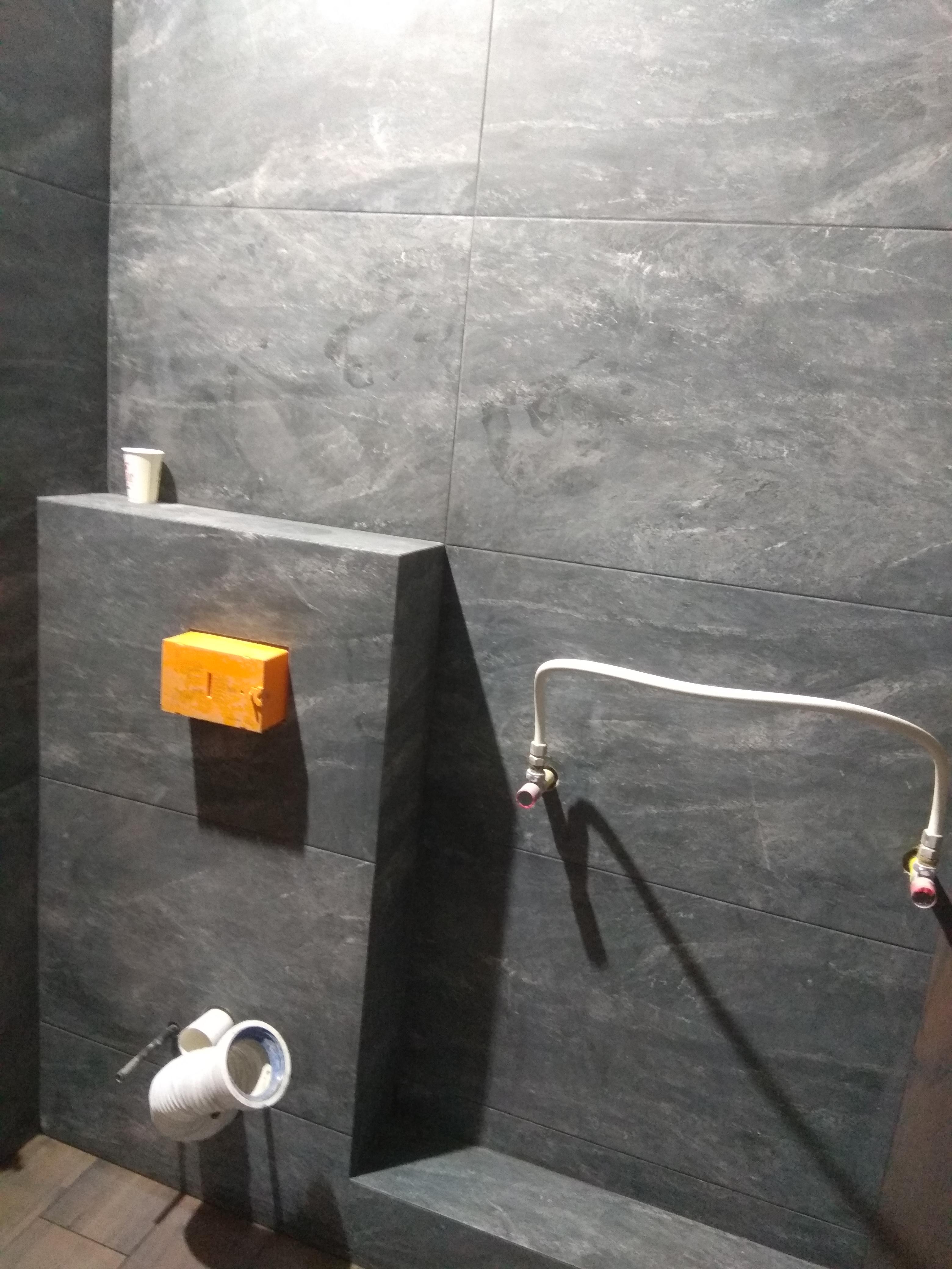 Фото Облицовка инсталяции керамогранитом с подрезкой и шлифовкой кромки под 45° для наружного угла