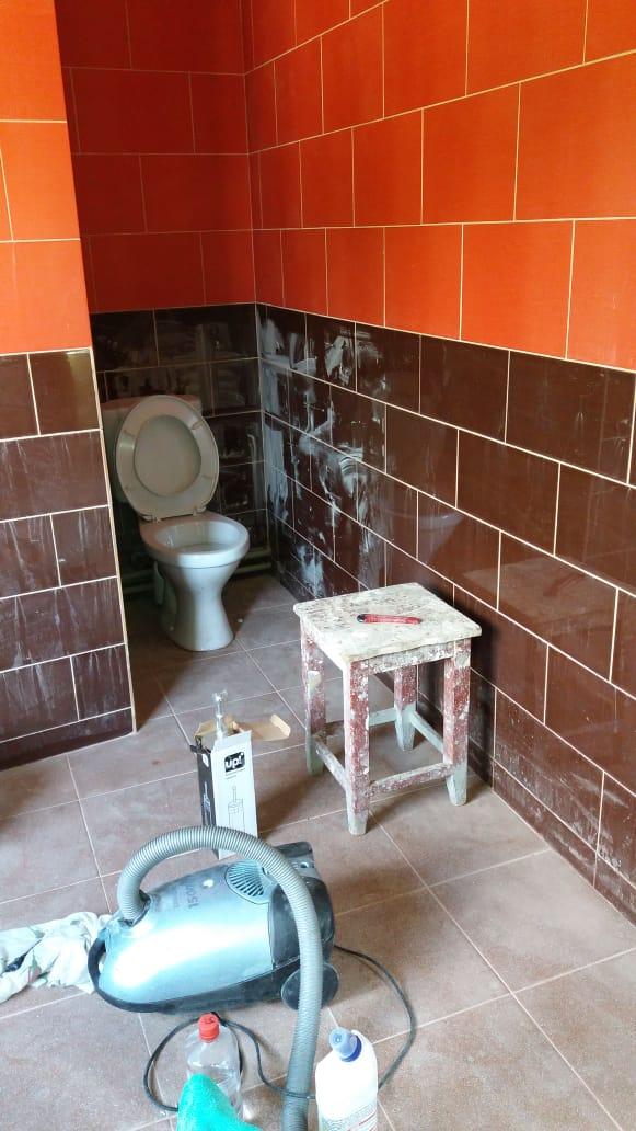 Фото Ванная комната и туалет после строителей , еще 2 спальни .Потратила 2 дня.