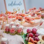 Красивые фуршеты с блюдами в стеклянных баночках