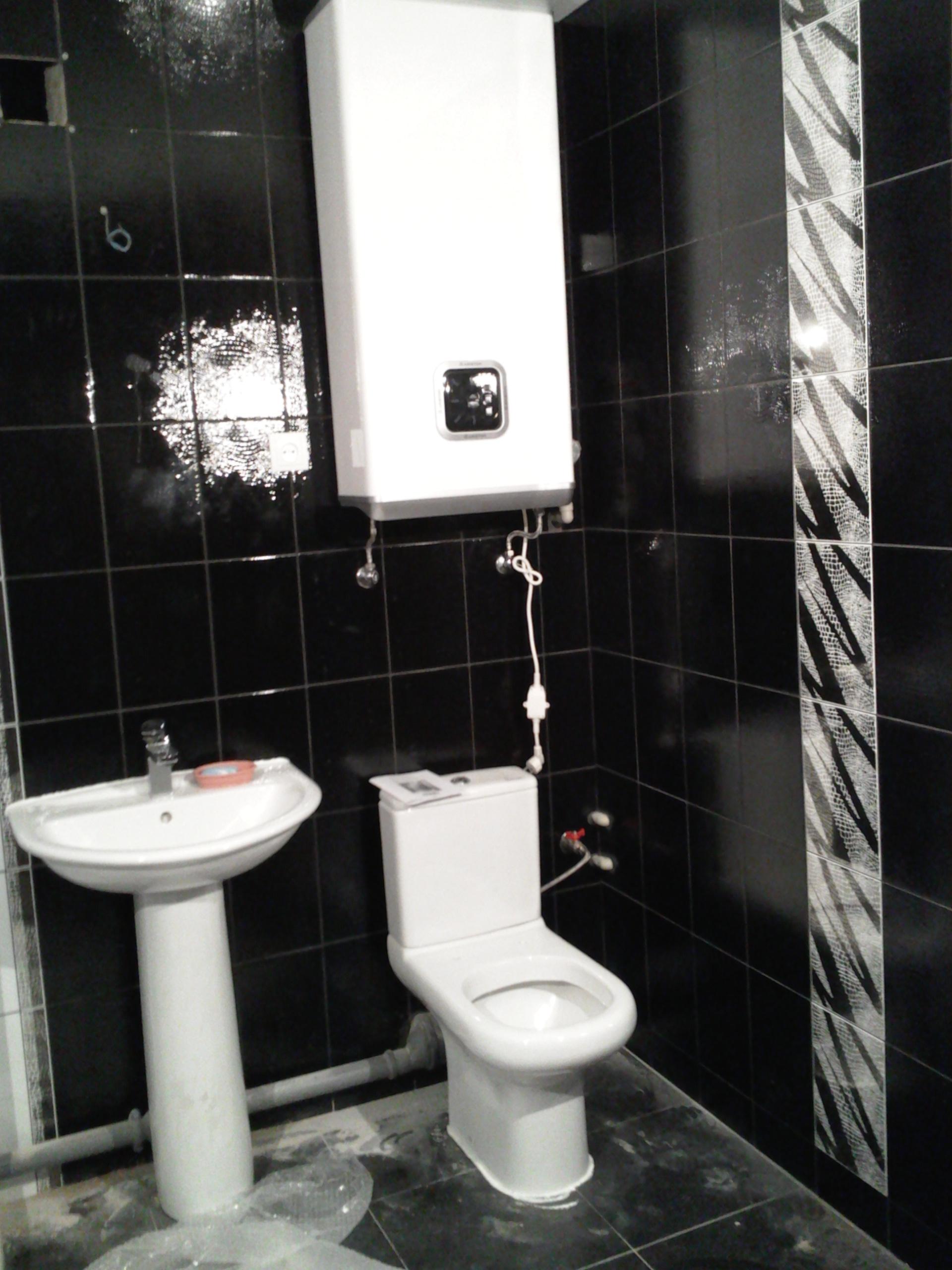 Фото Монтаж бойлера унитаза умывальника водопровода и канализации с укладкой труб в стены