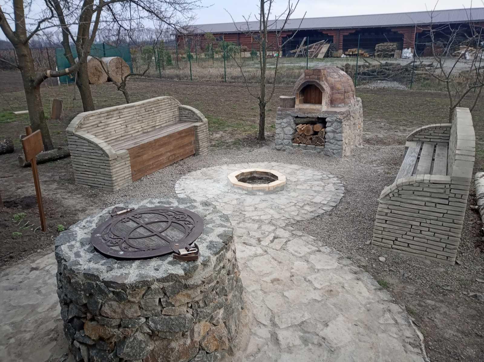 Фото Помпейская печь, очаг, колодец, скамейки из природного камня