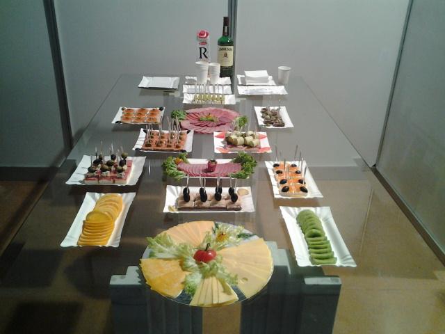 Фото Приготовление канапе, тарталеток и различных закусок на выставке.
