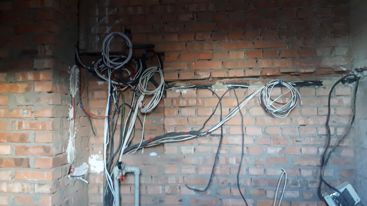 Фото Штробление стен и разводка проводки в 2х этажном доме