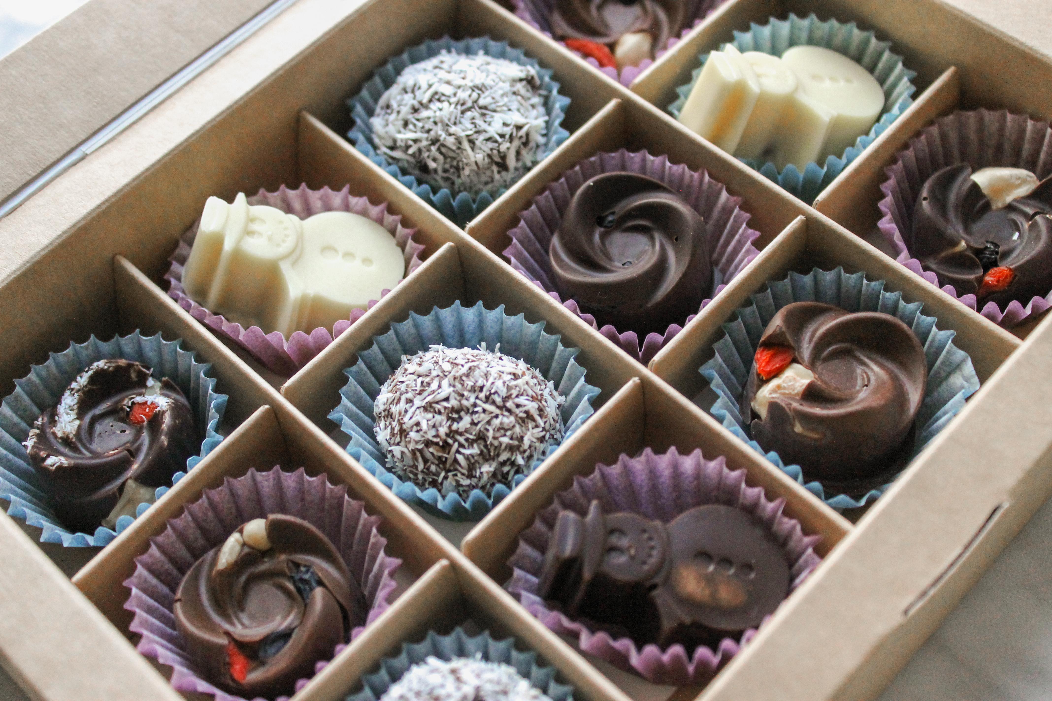 Фото Натуральный шоколад ручной работы на заказ.   Горький 100%, тёмный 75%, молочный 55%, белый и цветной 48%; шоколад на кэробе.   Без белого сахара, лактозы, глютена и пищевой химии.   Изготавливаю шоколадные плитки, конфеты, шоколадные фигурки.