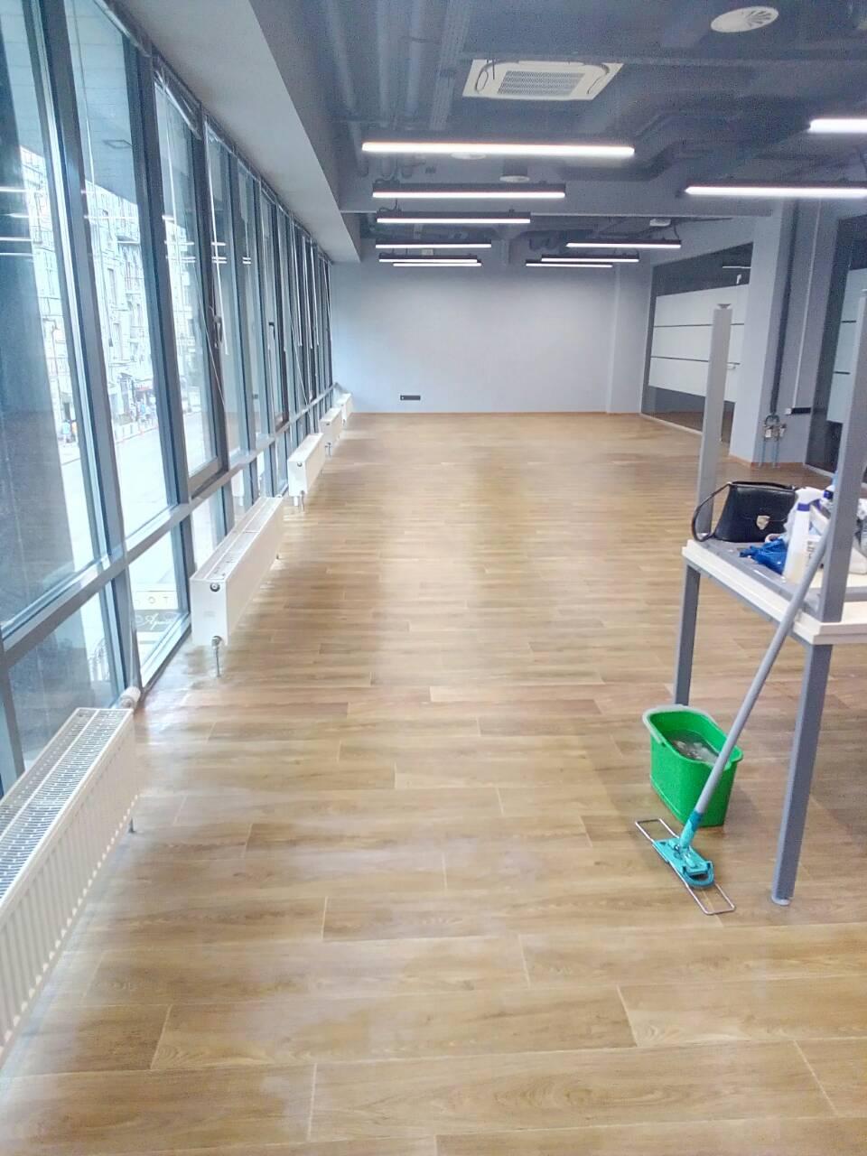 Фото Було вимите все скло в офісі, стеля, світильні прибори, підлога