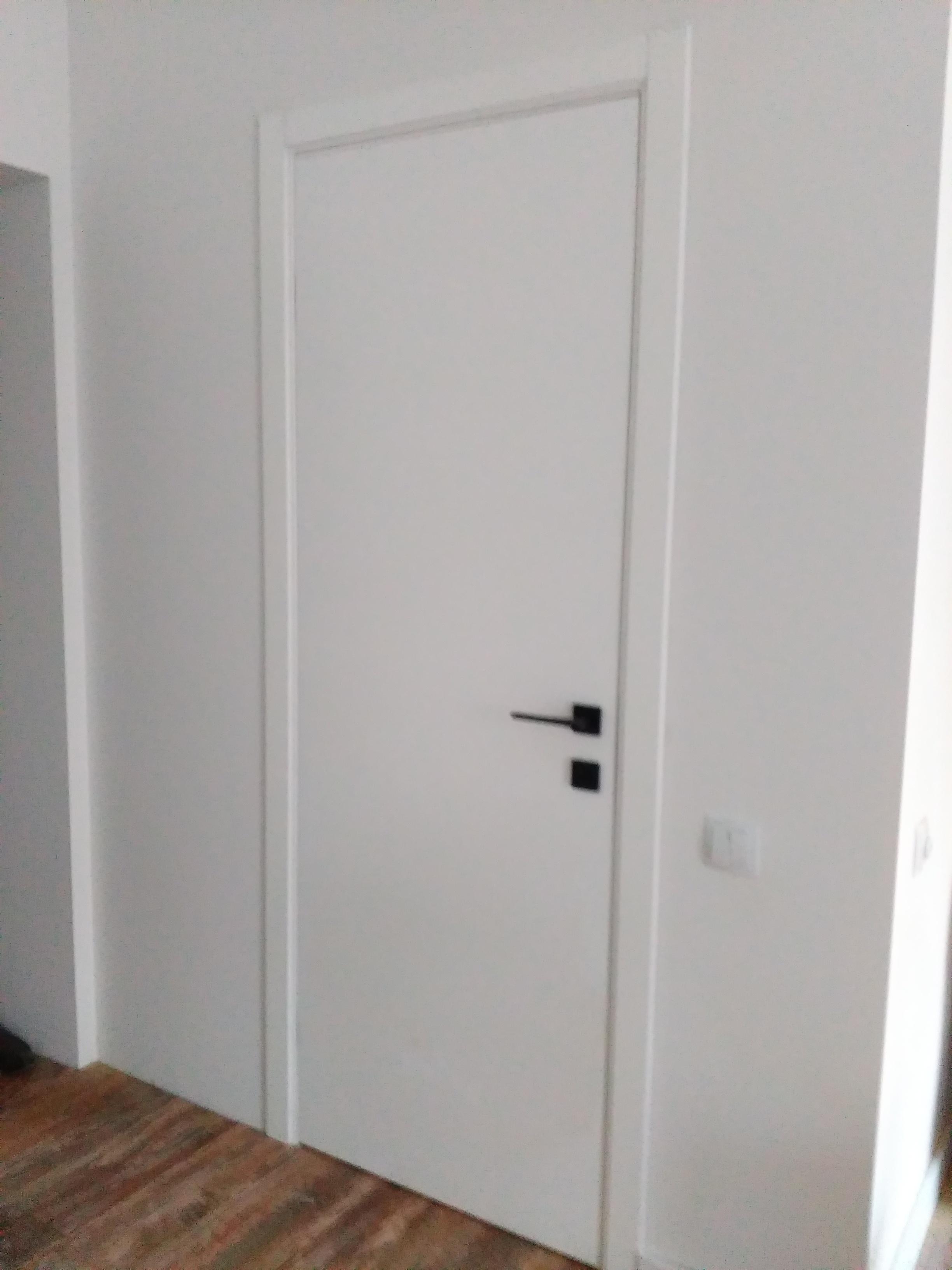 Фото Крашенная дверь со скрытыми петлями