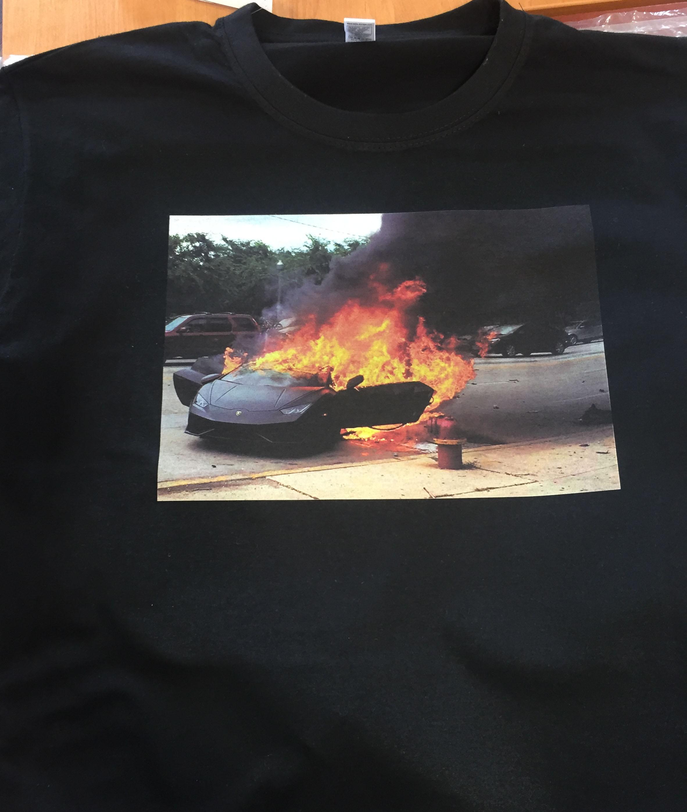 Фото Чёрная футболка с машиной.
