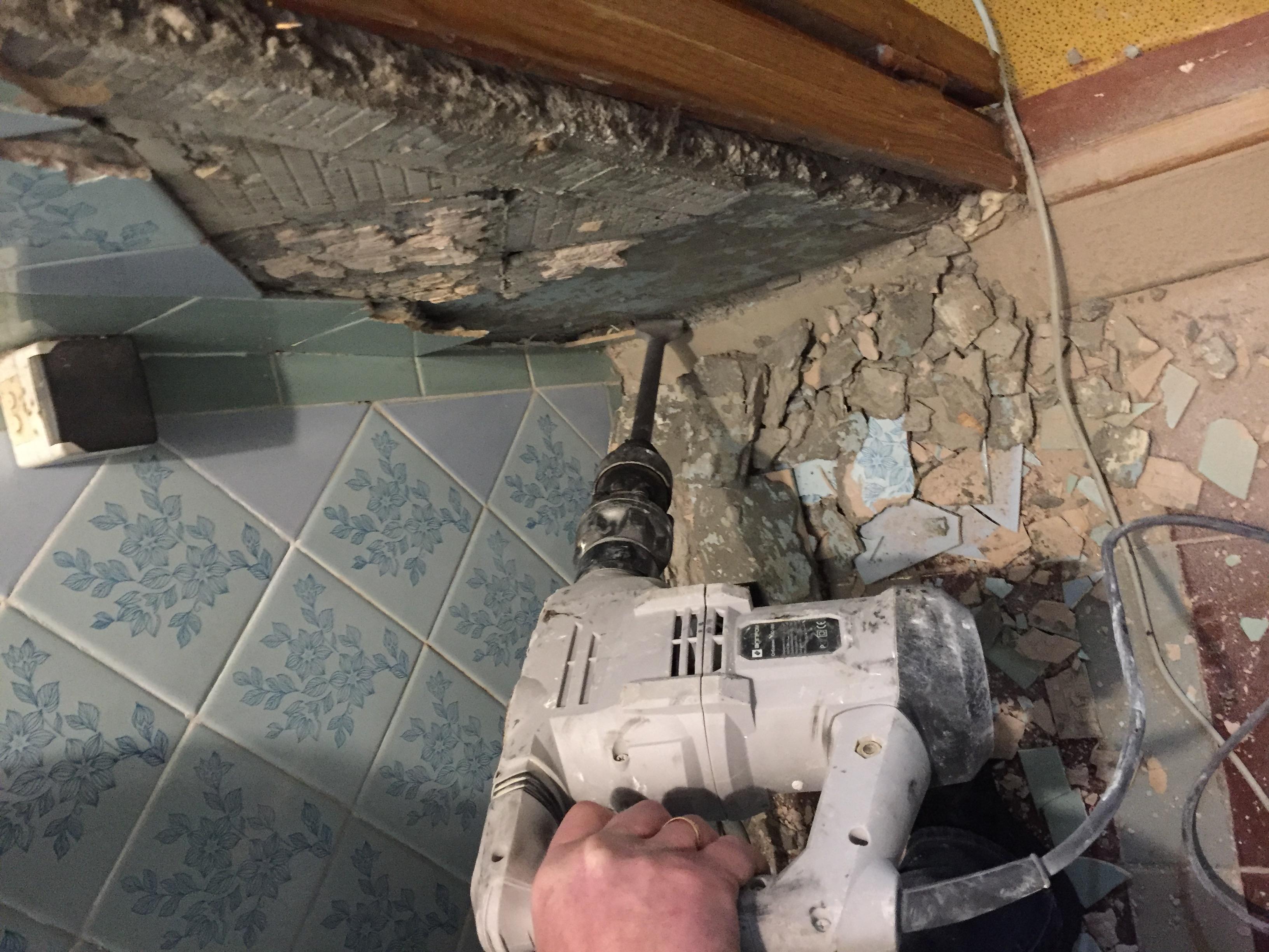 Фото Демонтаж настенной и напольной плитки в санузлах.
