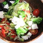 Свежий салат из сезонных овощей с оливками и фетой